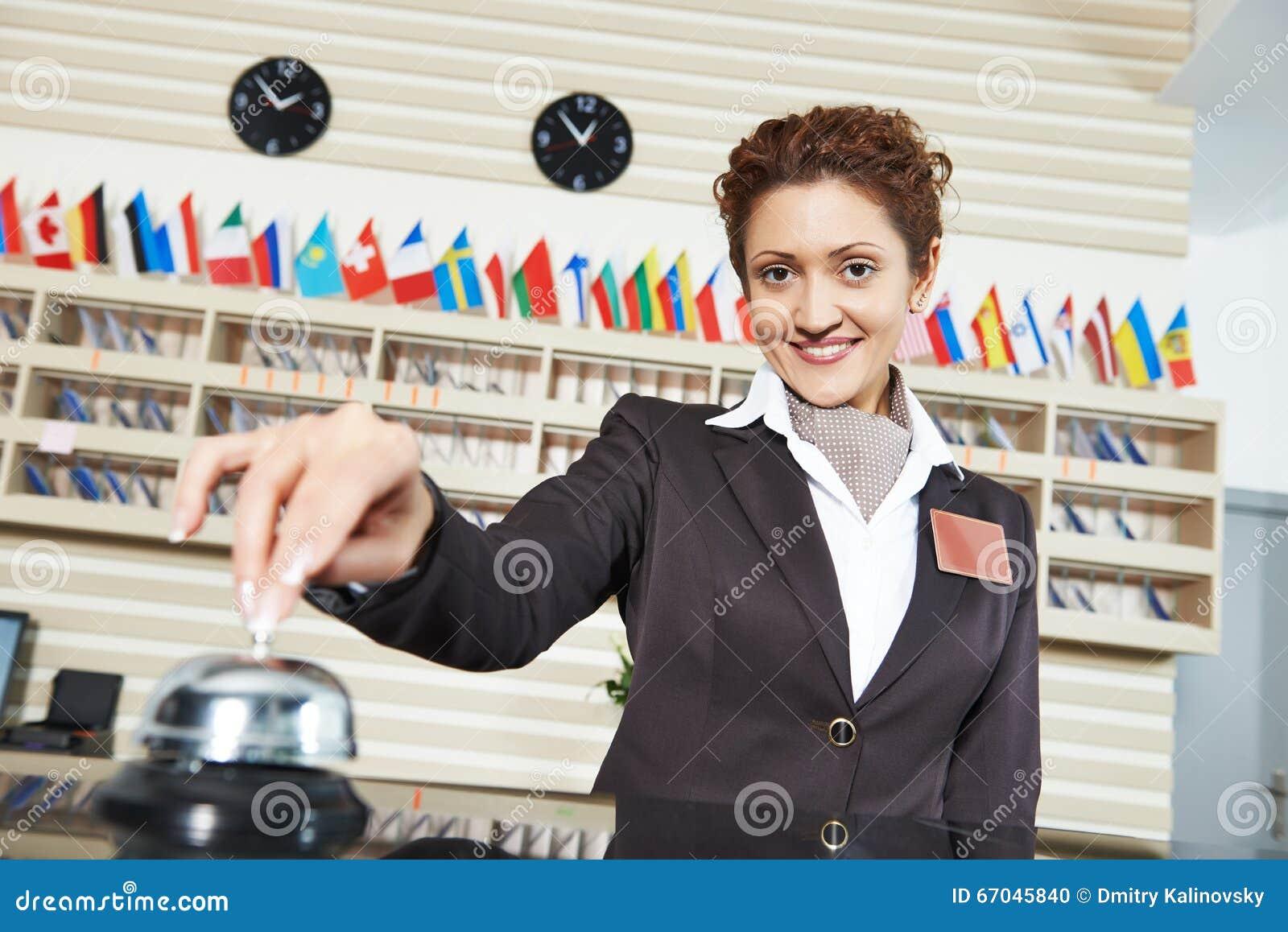 Travailleur d hôtel à la réception