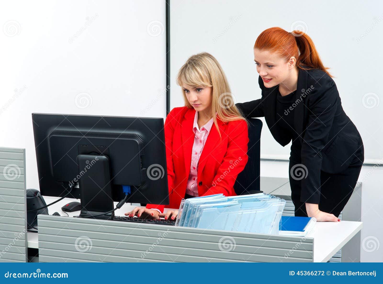 Travailleur de deux collègues dans le bureau avec l ordinateur