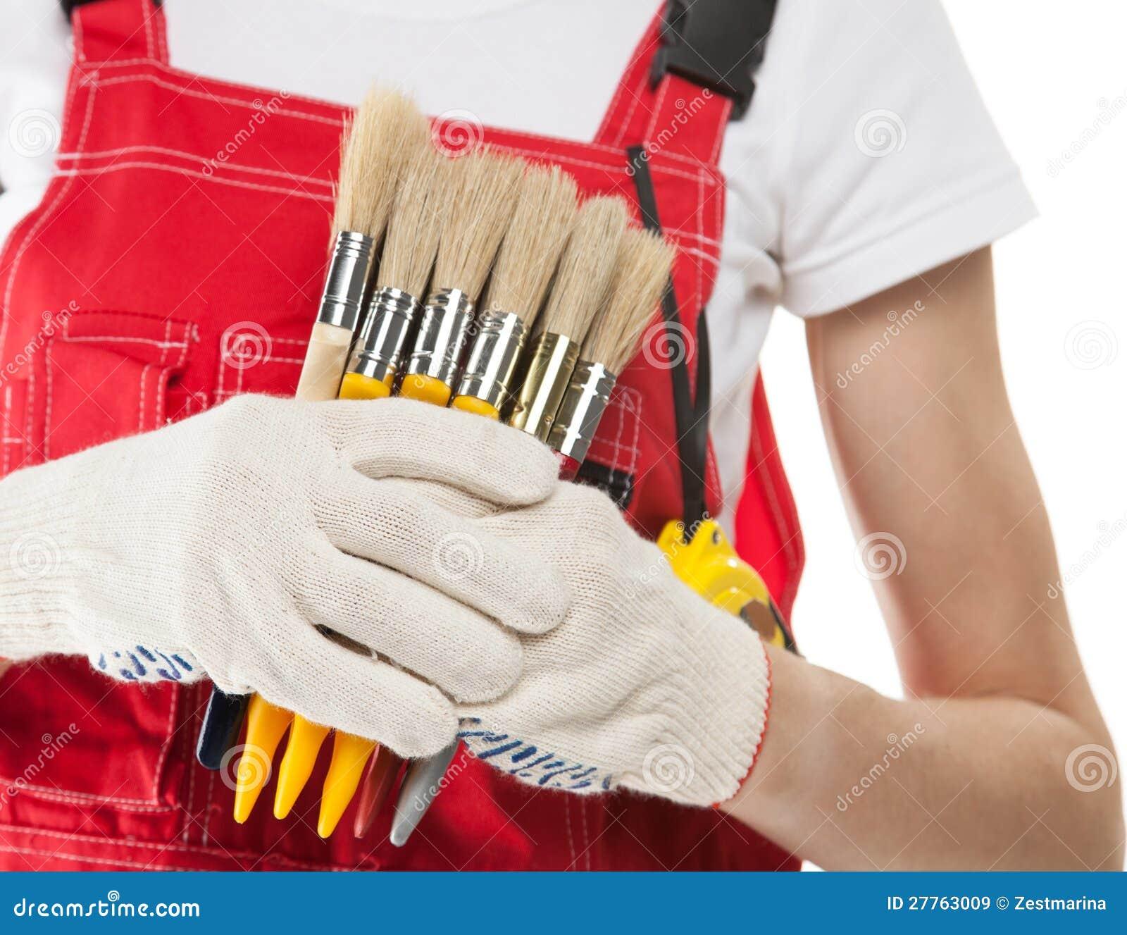 Travailleur de la construction avec des balais