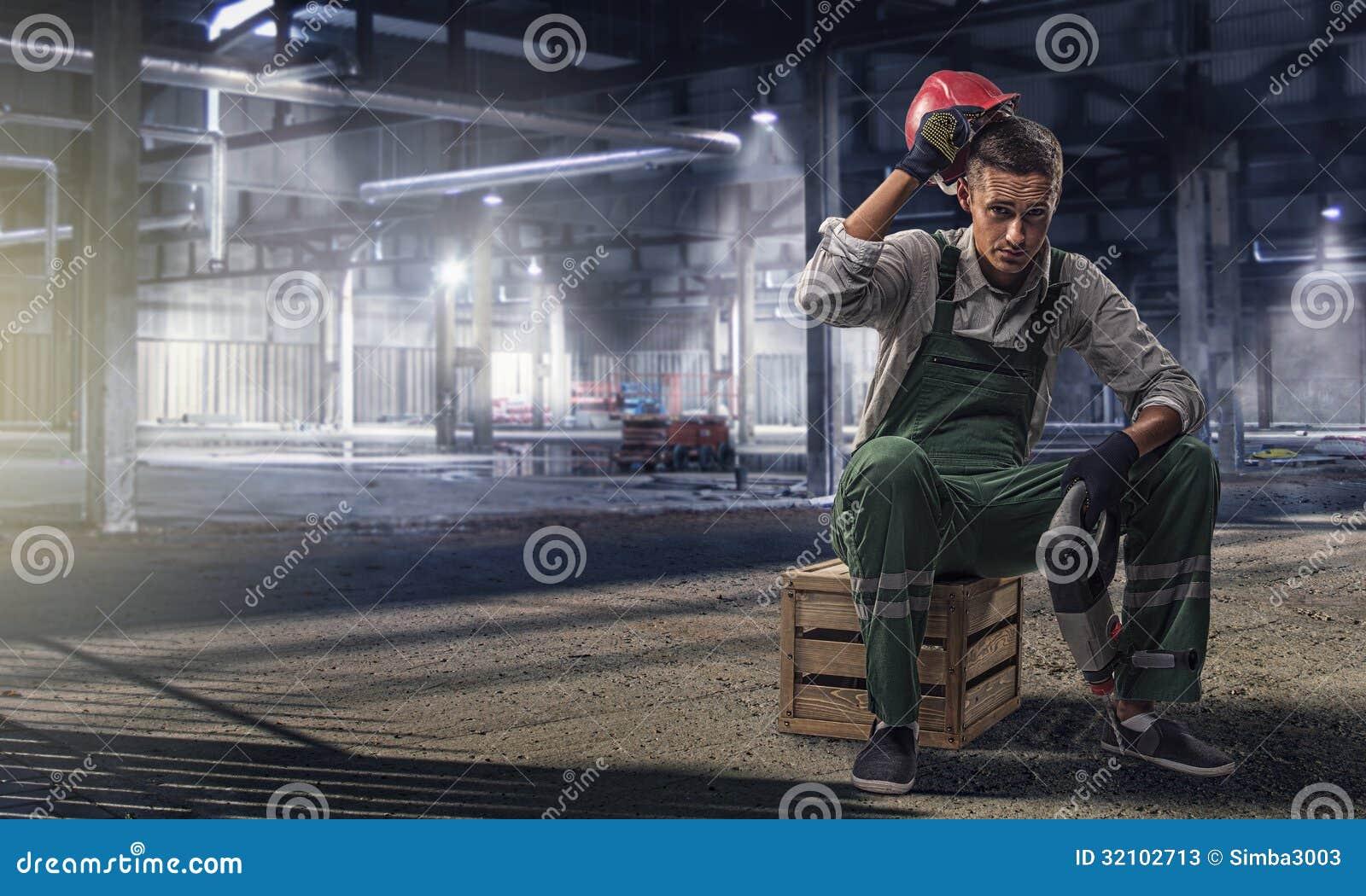 Travailleur de la construction de sexe masculin Resting