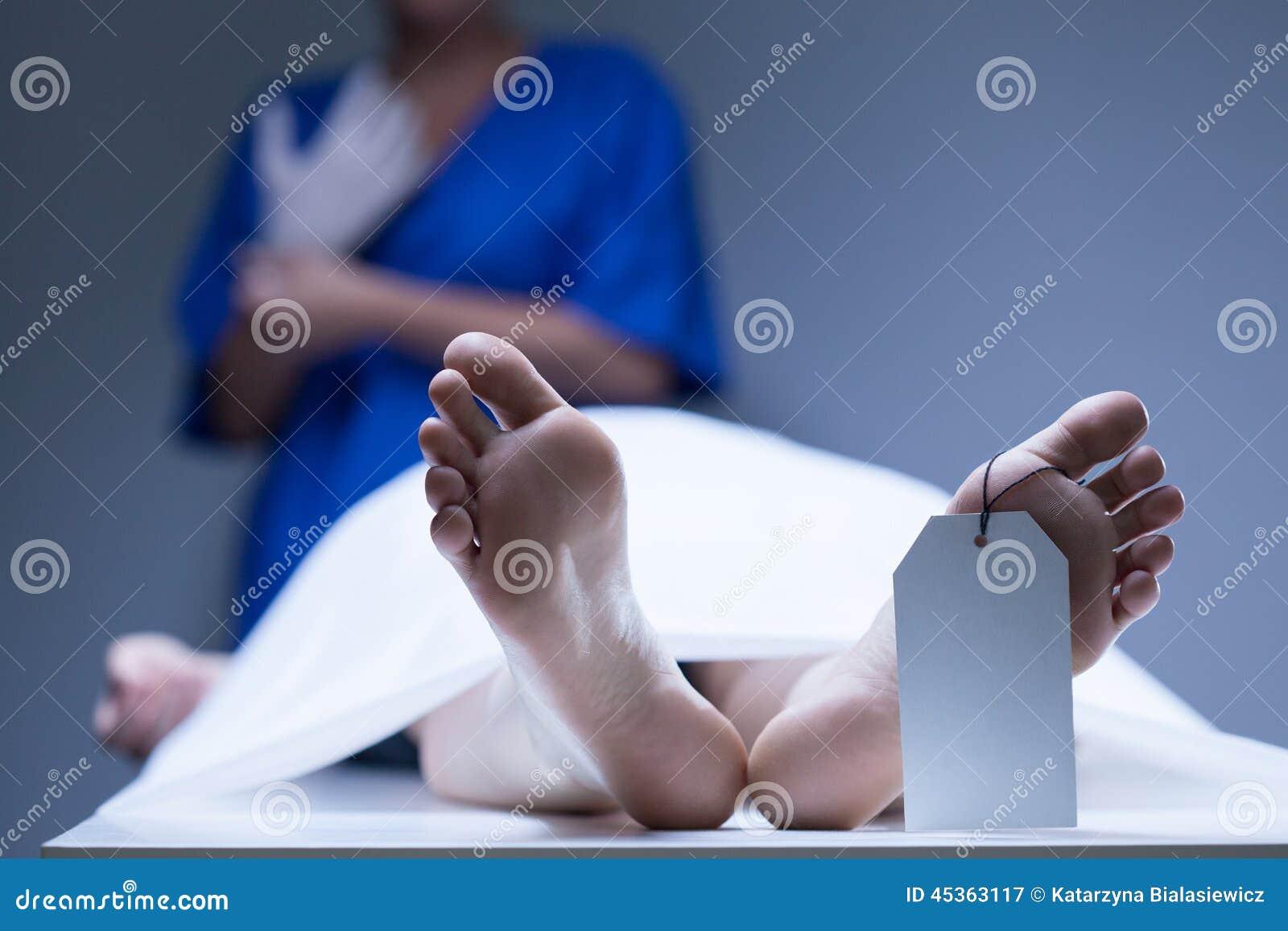 Travailleur de morgue pendant le travail