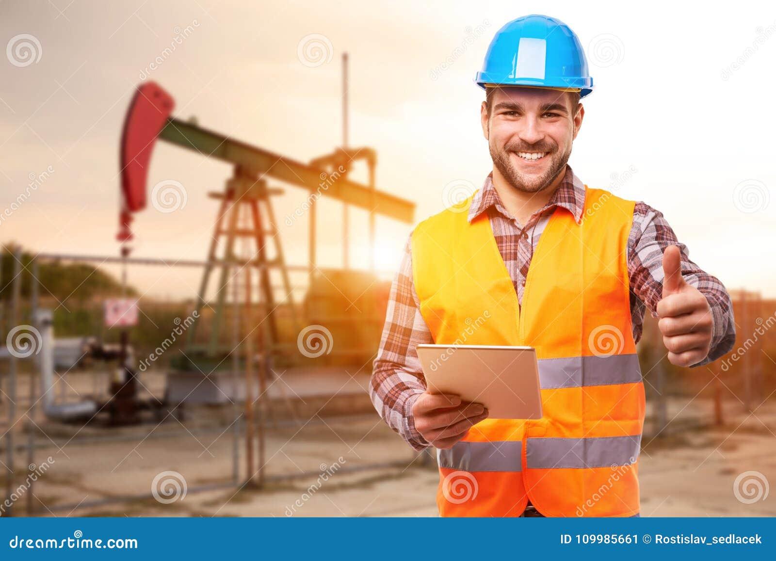 Travailleur de raffinerie se tenant devant la pompe à huile