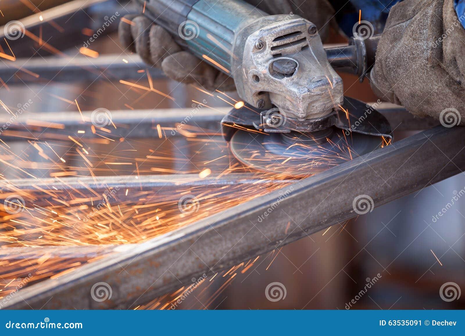 Travailleur employant le métal électrique de coupe de machine de broyeur pétille