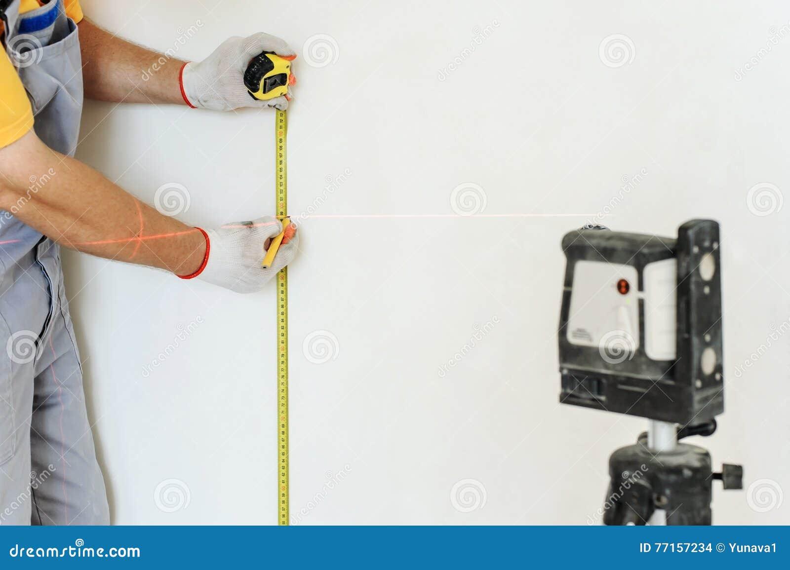 Travailleur faisant la mesure