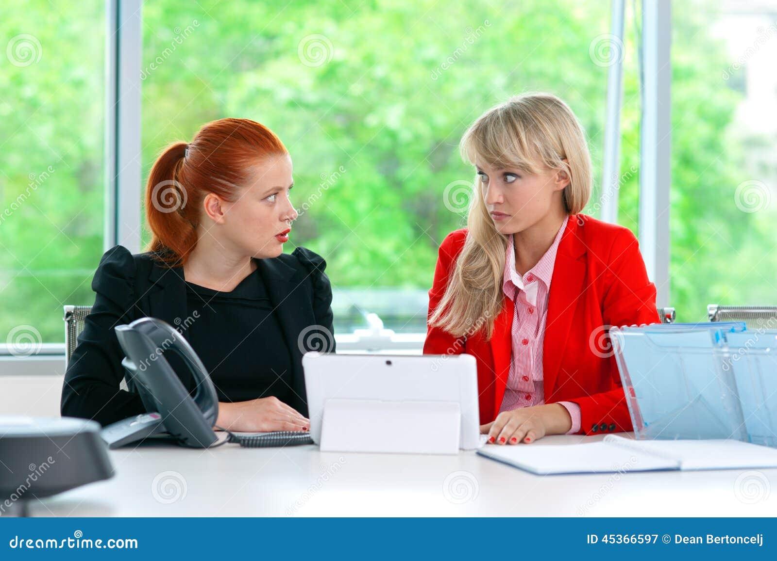 Travailleur nerveux du collègue deux dans le bureau avec l ordinateur