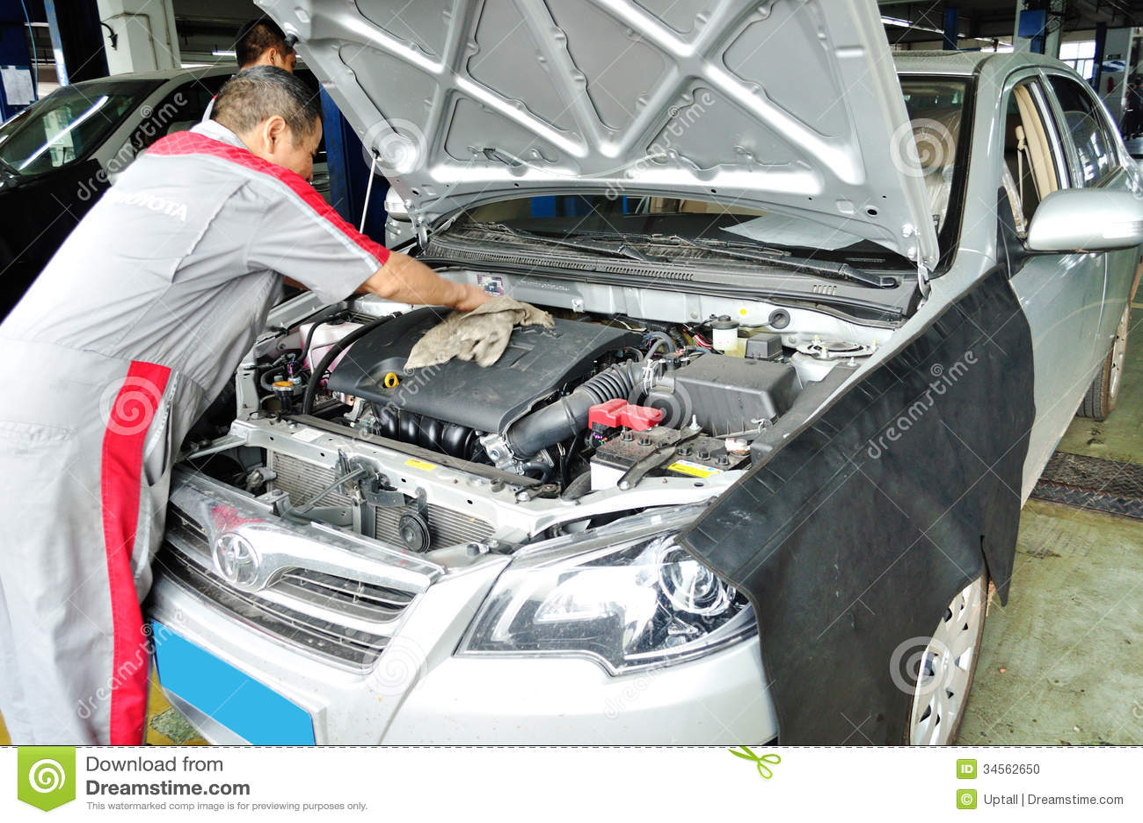 travailleur nettoyant le moteur de voiture image ditorial image 34562650. Black Bedroom Furniture Sets. Home Design Ideas