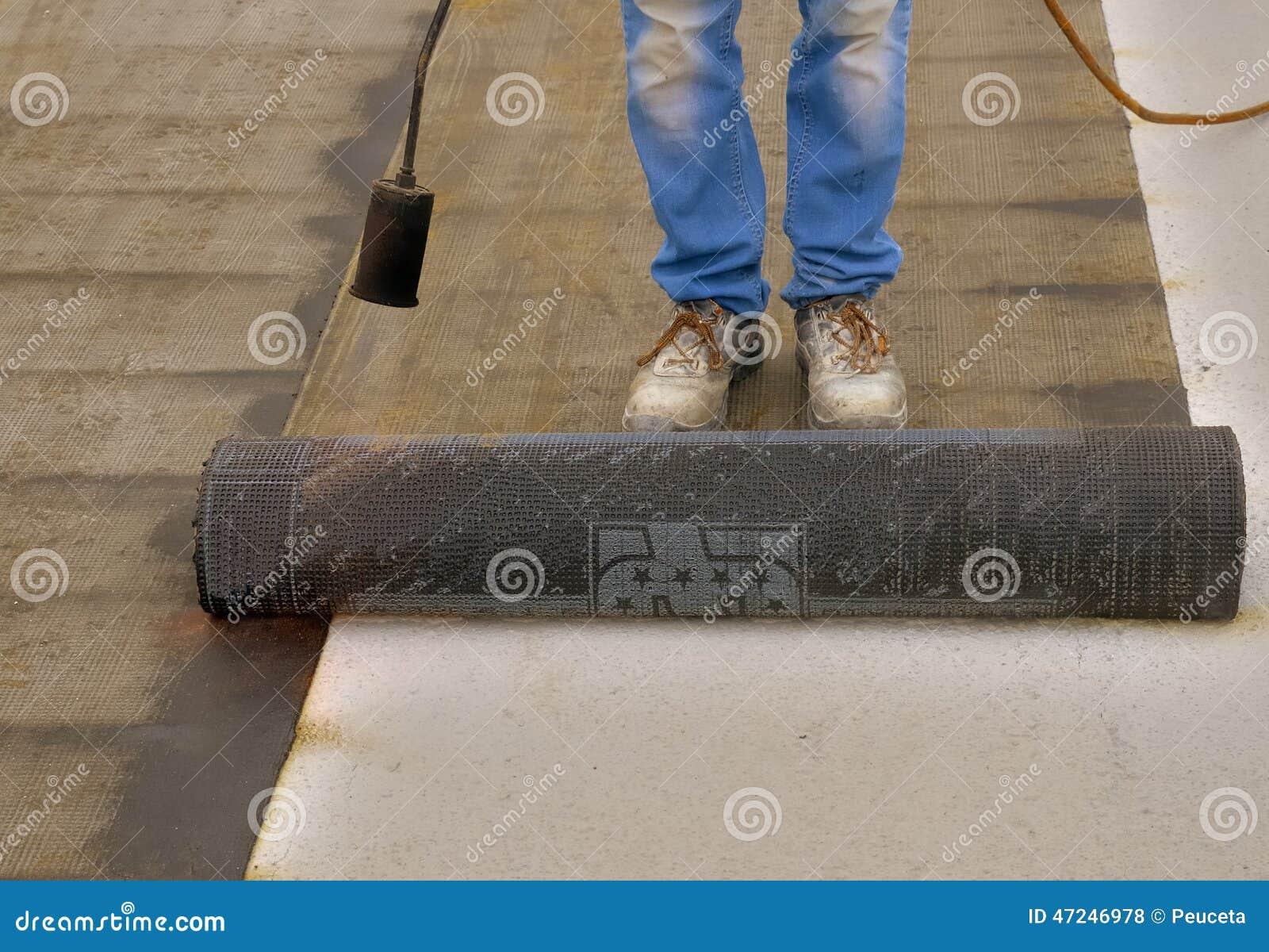 Travailleur pr parant une partie de petit pain de feutre de toiture de bitume - Feutre bitume toiture ...