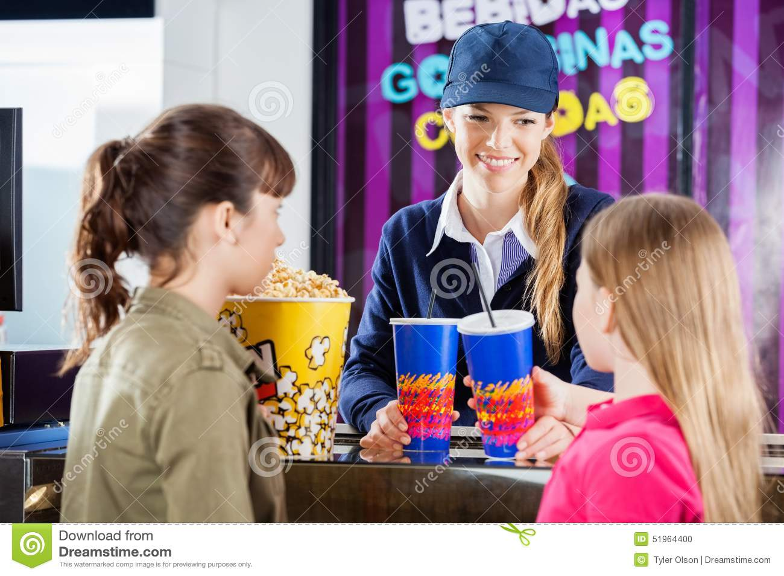 Travailleur vendant des casse-croûte aux filles à la concession