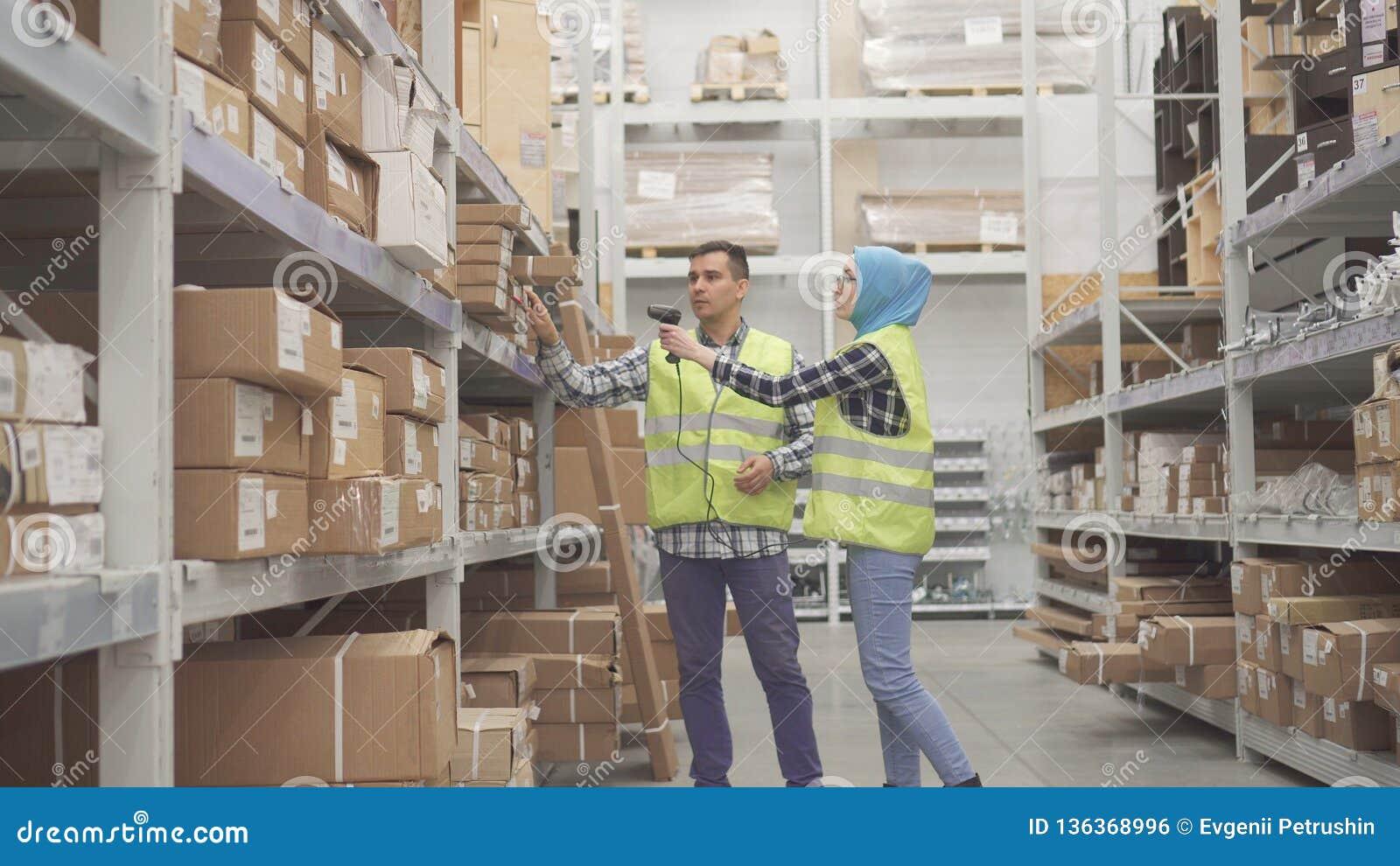Travailleurs d entrepôt communiquer et effectuer code barres de scanner de comptabilité