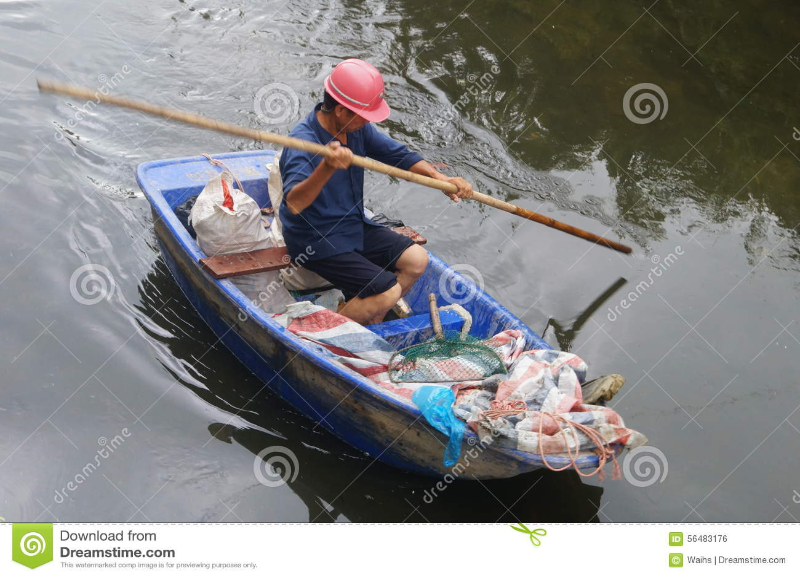 Travailleurs d hygiène pour nettoyer les déchets de rivière