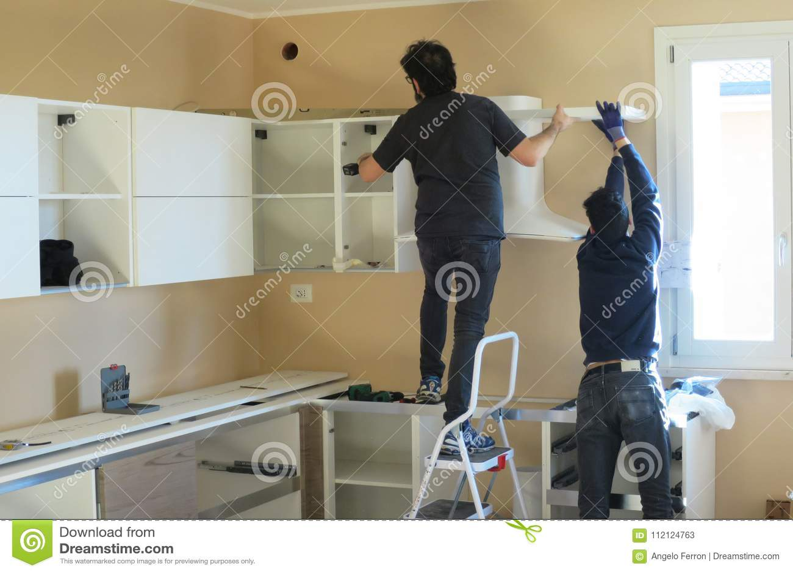 Travailleurs De Personnes Essayant D Installer Une Cuisine Photo