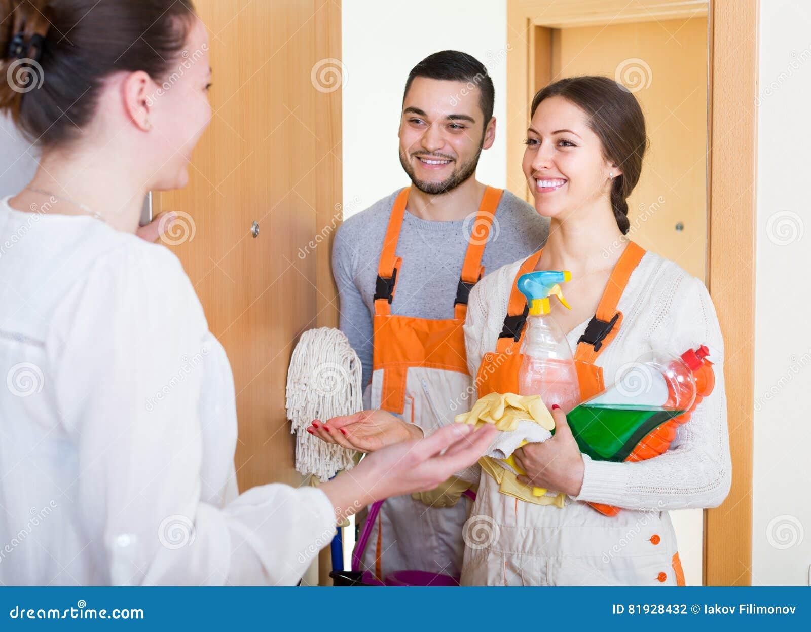 Travailleurs de service de femme et de nettoyage