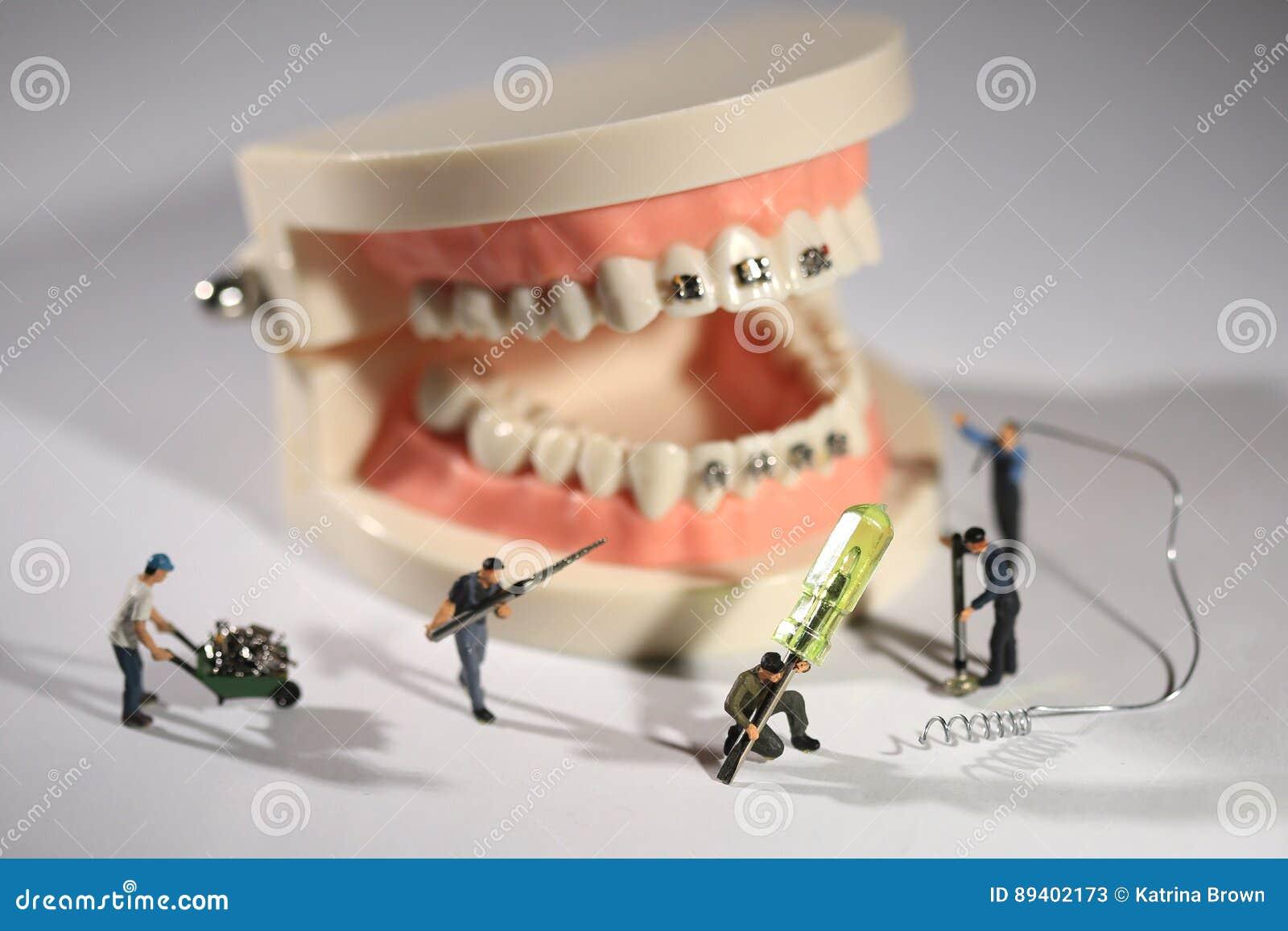 Travailleurs miniatures exécutant des procédures dentaires Bureau dentaire AR