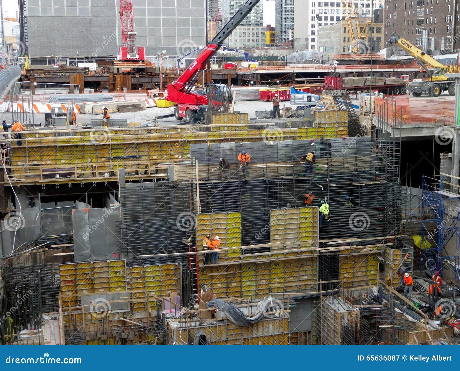 Travailleurs occupés sur un chantier de construction
