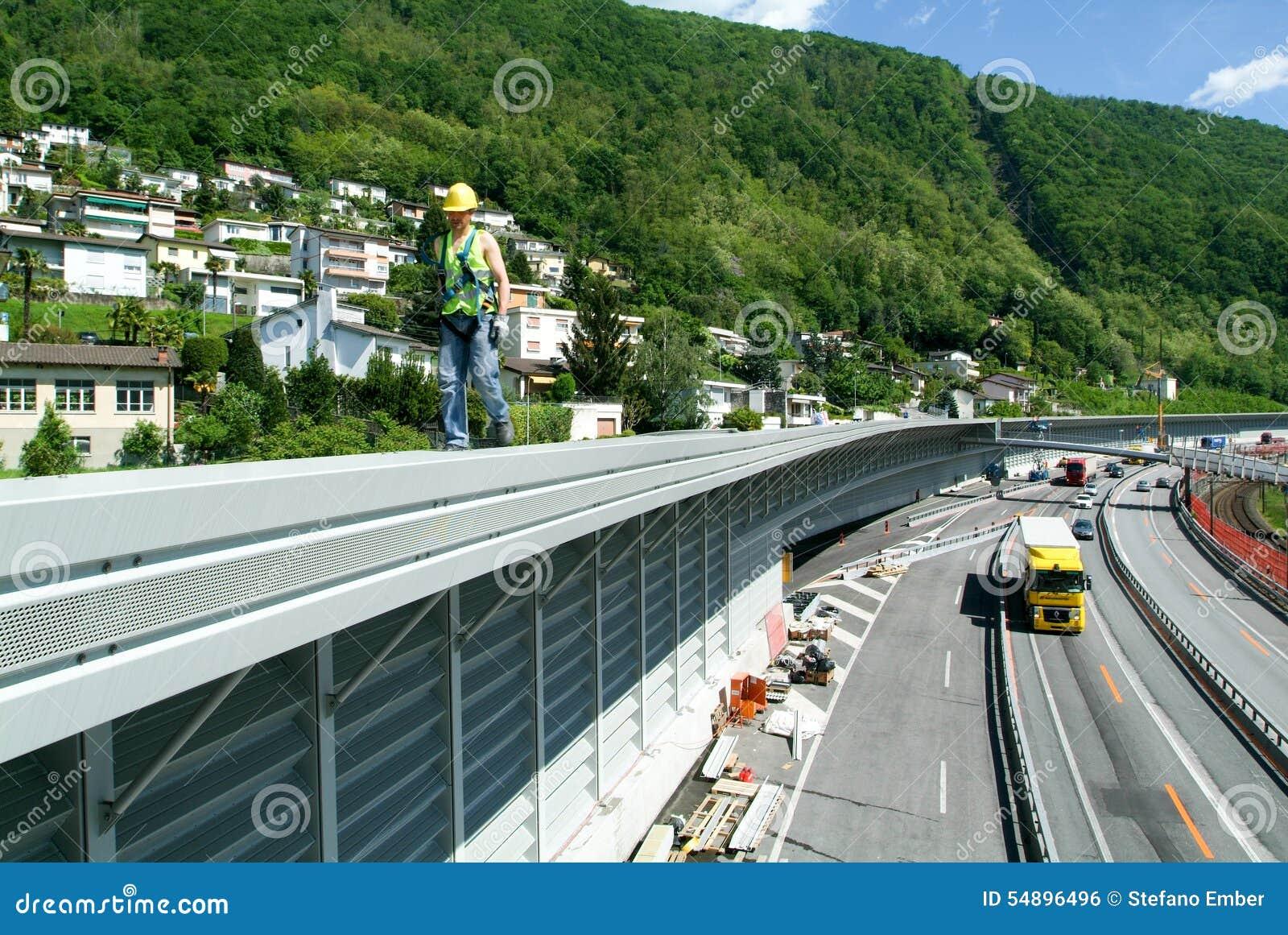 Travailleurs pendant l installation des barrières de bruit sur la route
