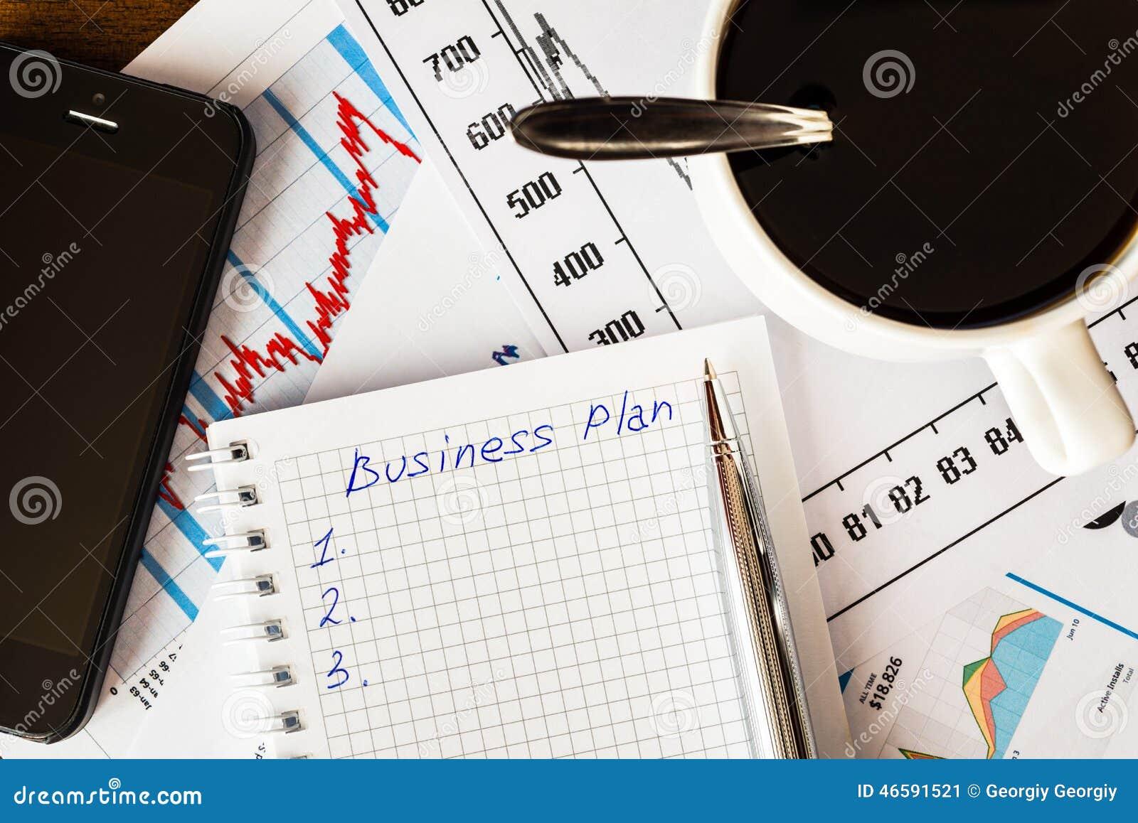 Travaillez dans le bureau tasse de café avec le plan d action
