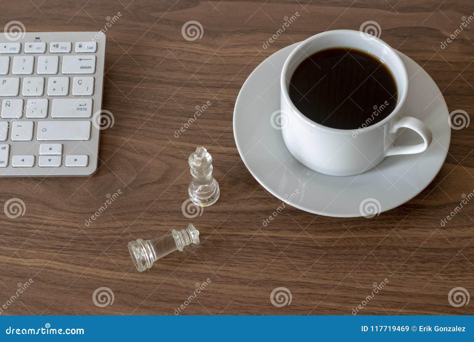 Travaillez le bureau représentant la stratégie et un café