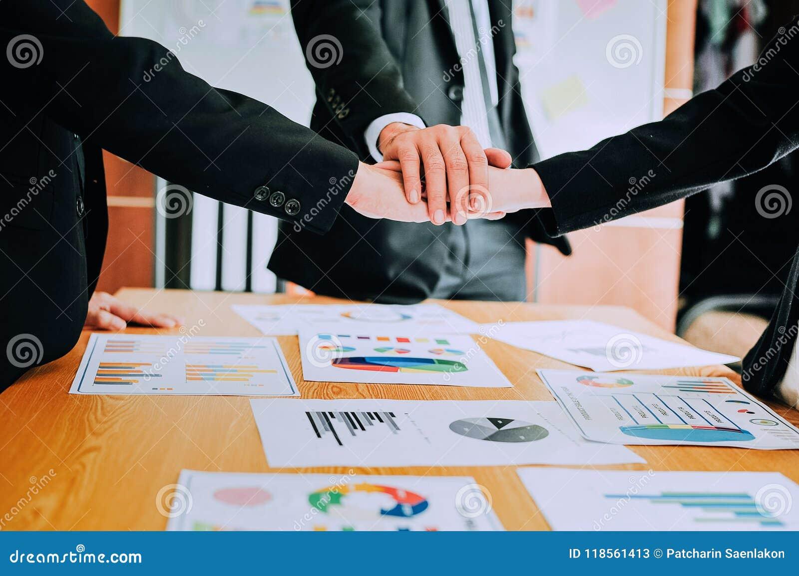 Travaillez les bureaux, les lieux de travail, les affaires et le travail industriel Le travail d équipe est une grande équipe d h