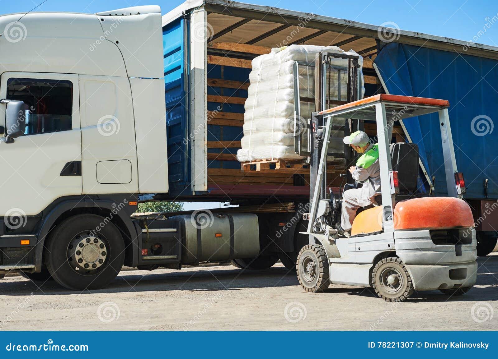 travaux de chargement chariot l vateur avec le camion de charge et de camion image stock. Black Bedroom Furniture Sets. Home Design Ideas
