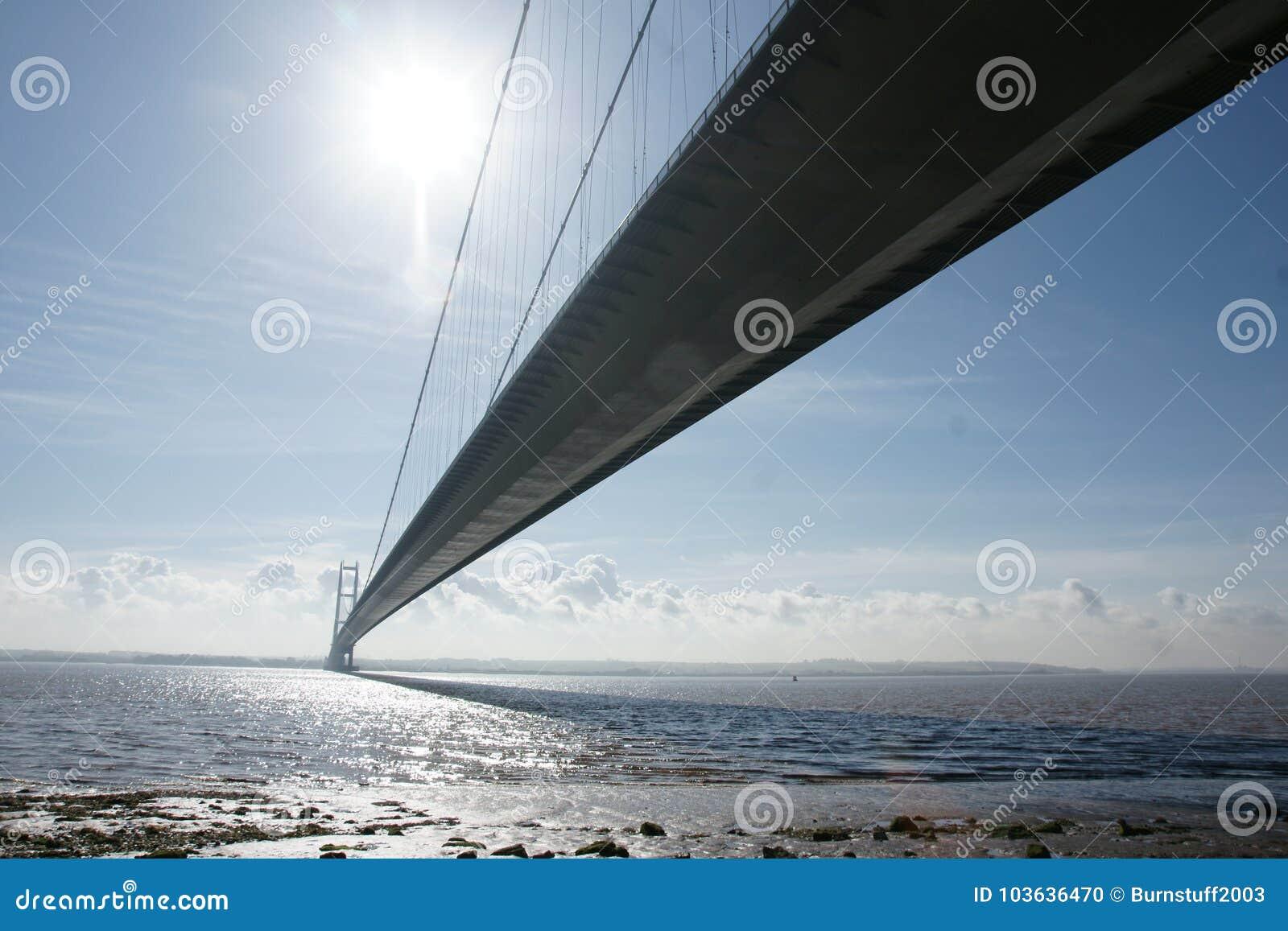 Traversée de la rivière de Kingston Upon Hull de pont de Humber
