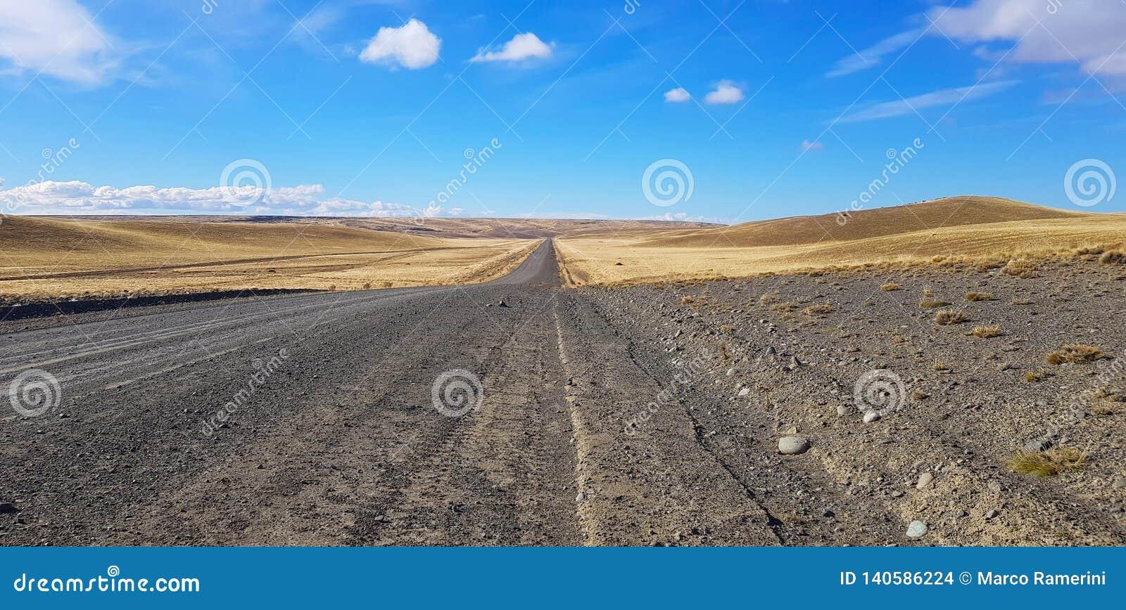 Travesía de camino de la Patagonia de Argentina un paisaje típico, Patagonia, la Argentina