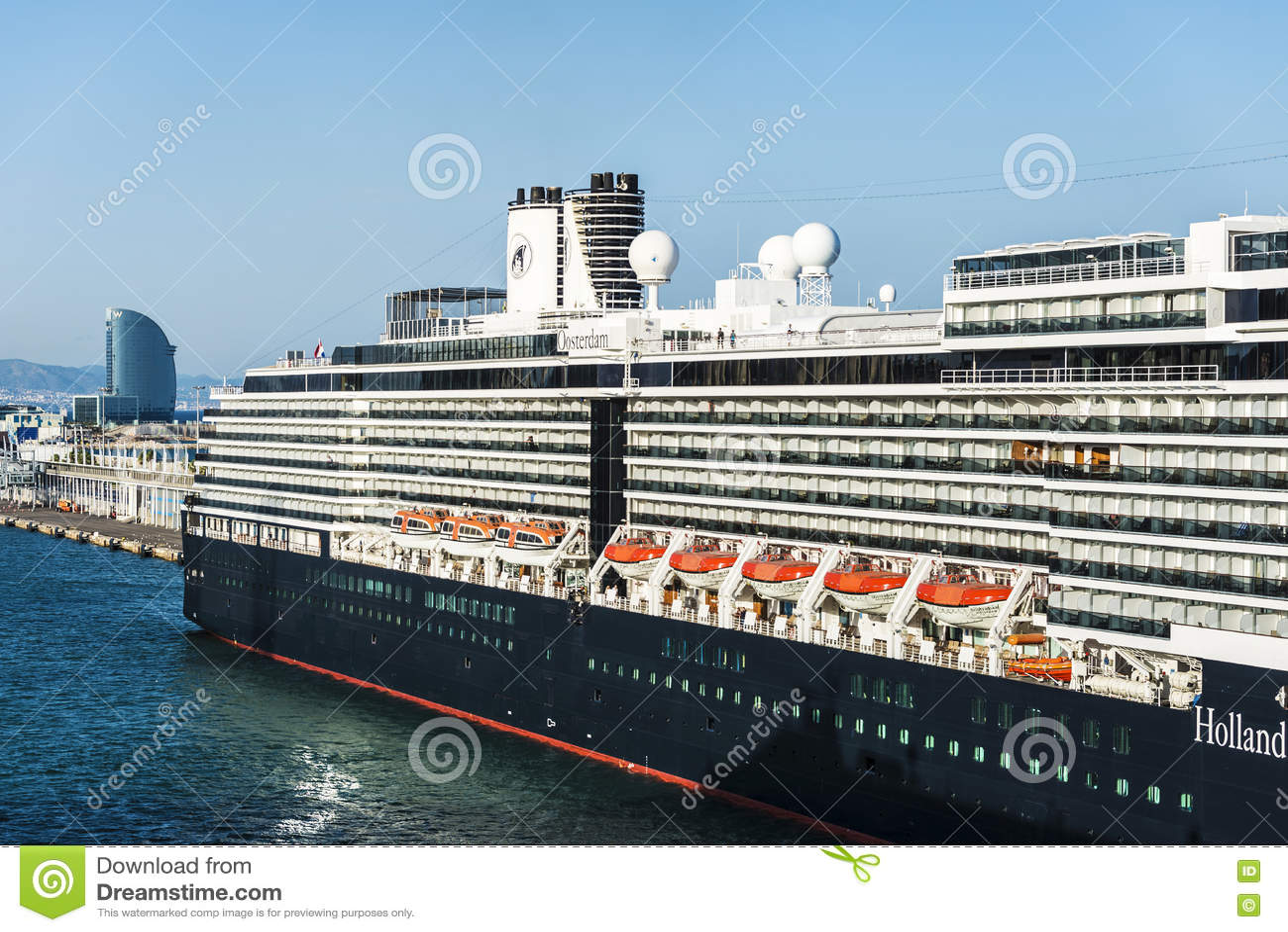 Travesía de Holland America Line en el puerto de Barcelona