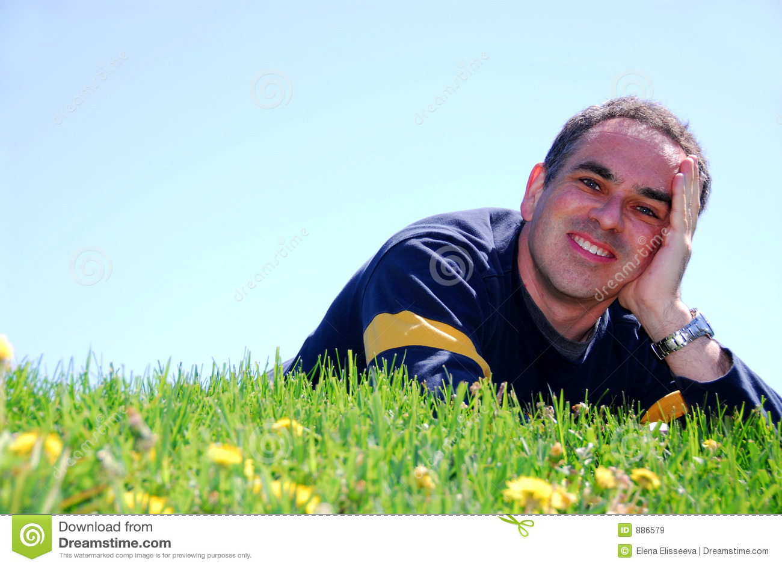 Trawa człowiek uśmiecha się