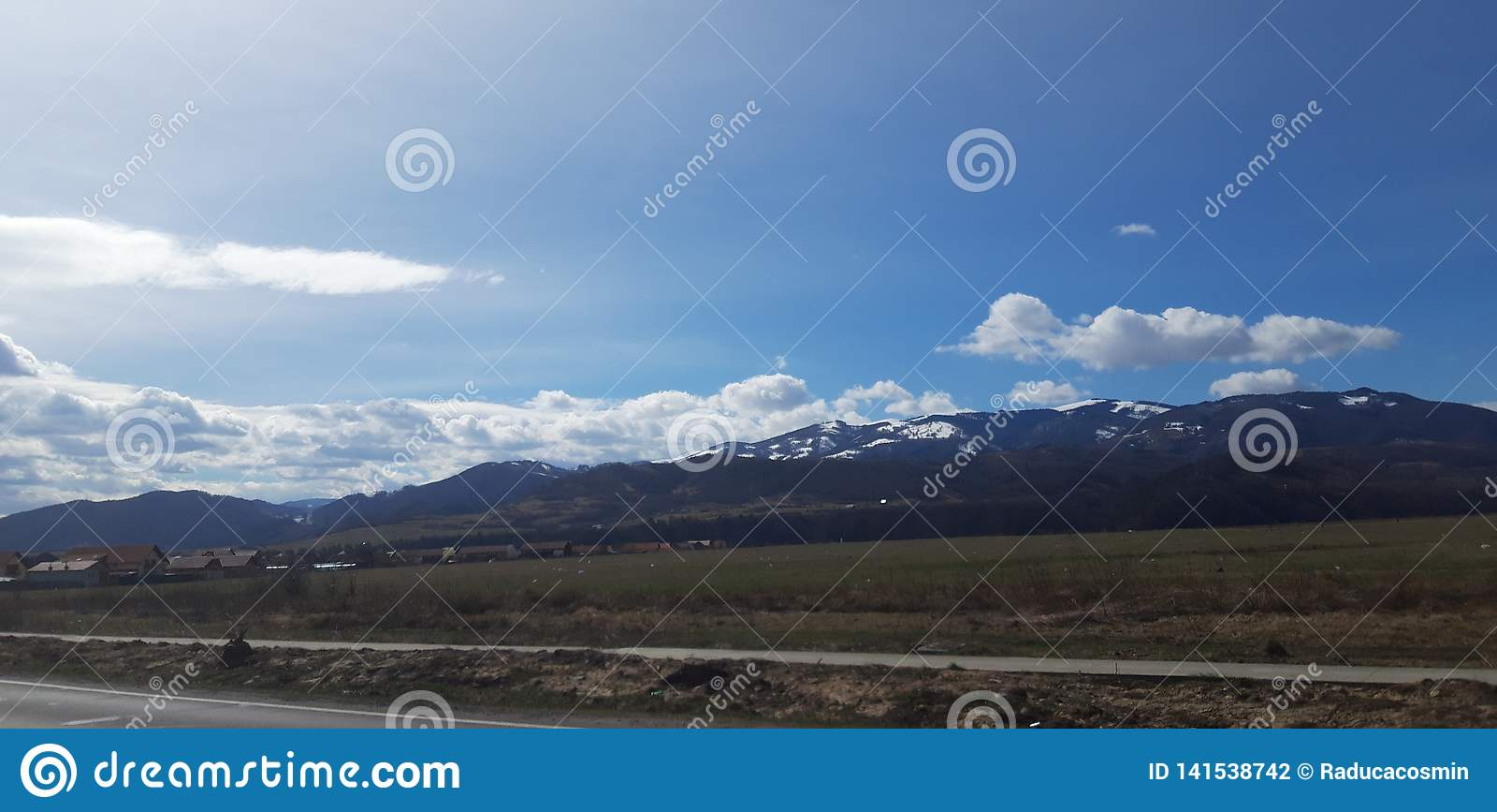 Trawa, góry i niebo,