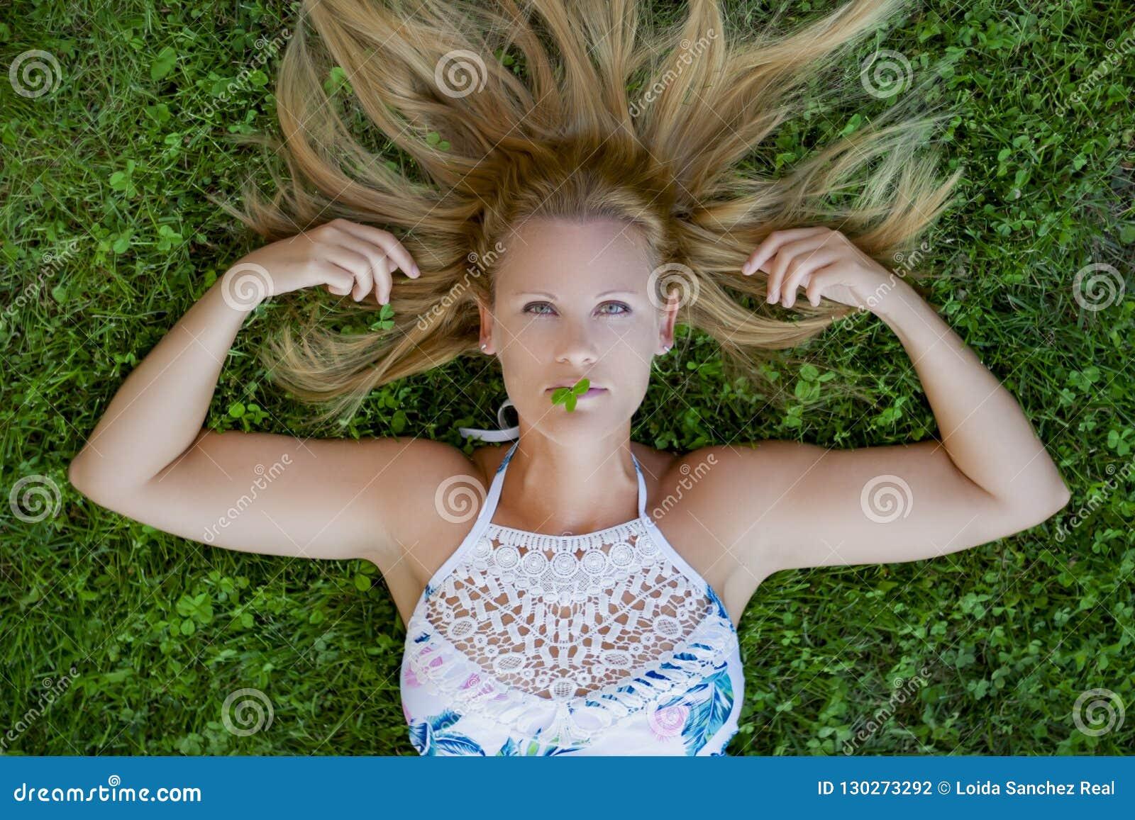 Trawy dziewczyny leżące zdjęcie stock. Obraz złożonej z