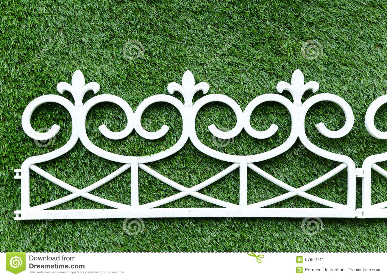Trawy tła bielu żelaza ogrodzenie