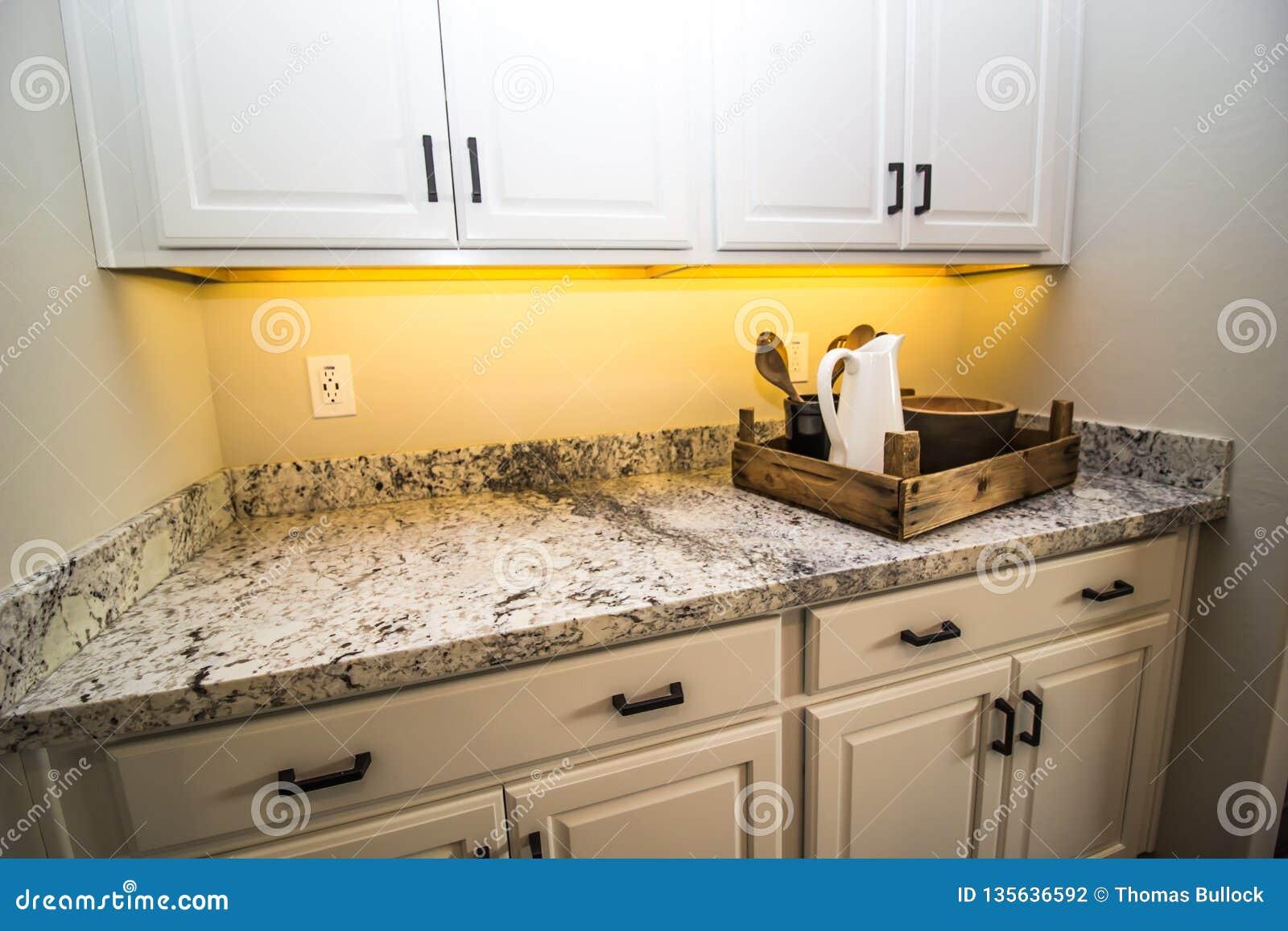Tray With Bowls y jarra de madera en la encimera del granito