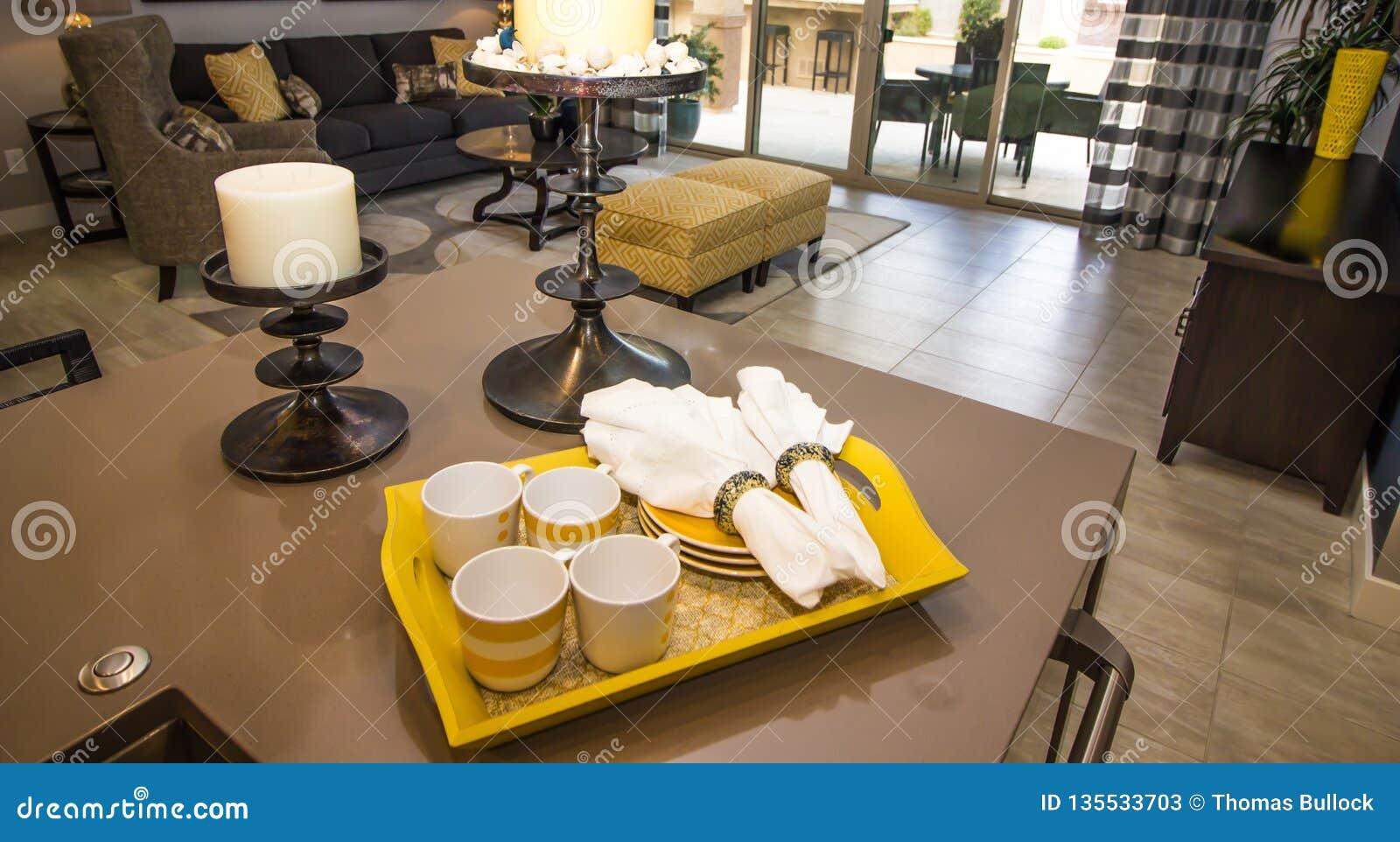 Tray Of Coffee Cups, Platten und Servietten auf Küchenarbeitsplatte