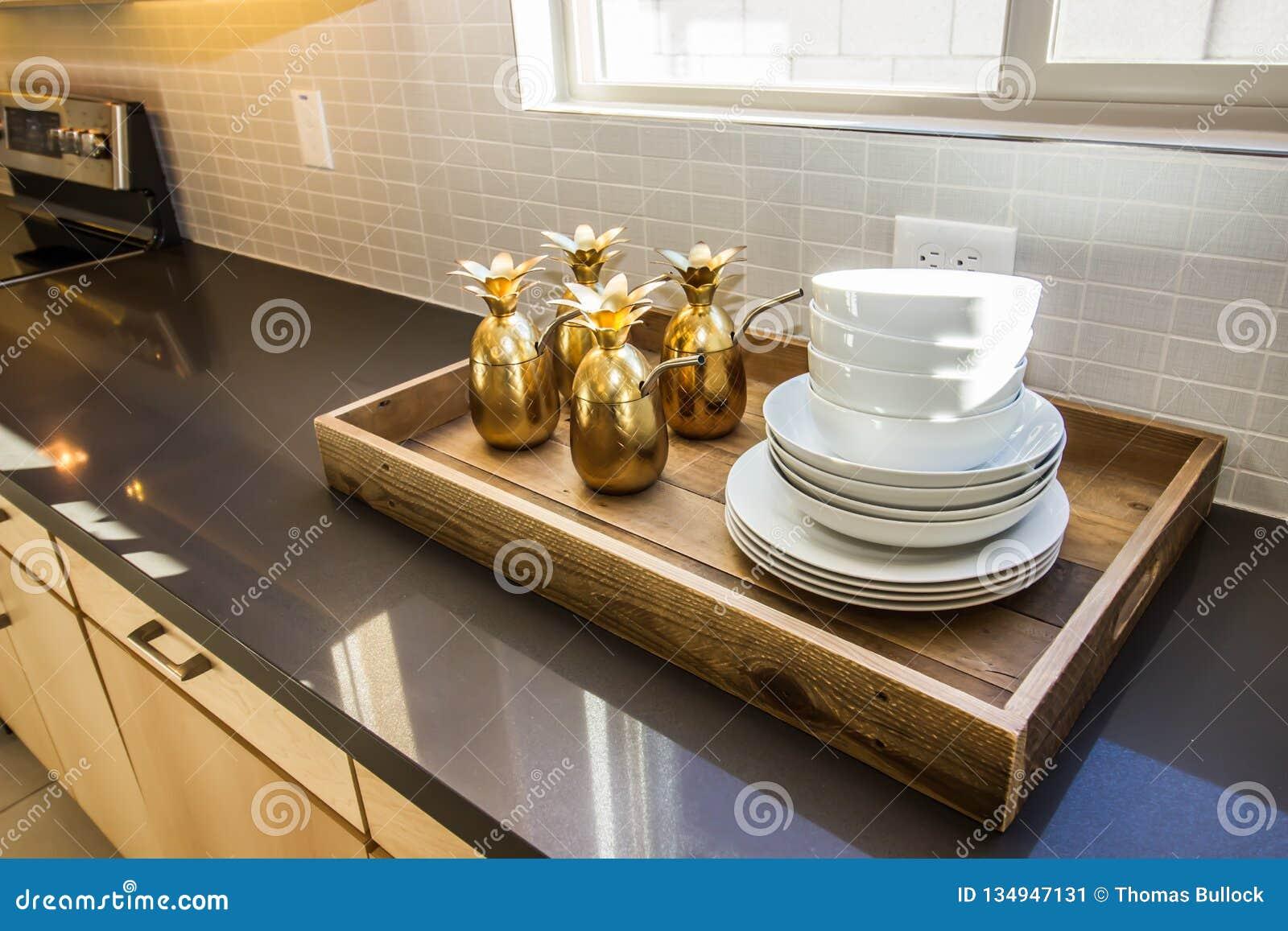 Tray On Modern Kitchen Counter de servicio de madera