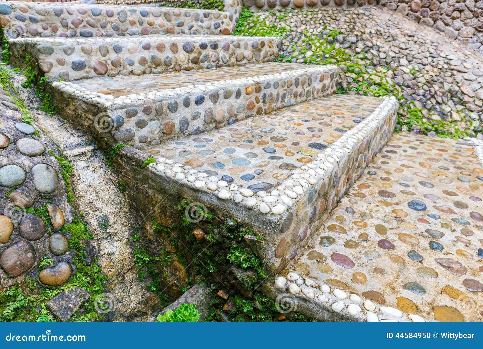 trayectoria de piedra de las escaleras en jardn foto de archivo