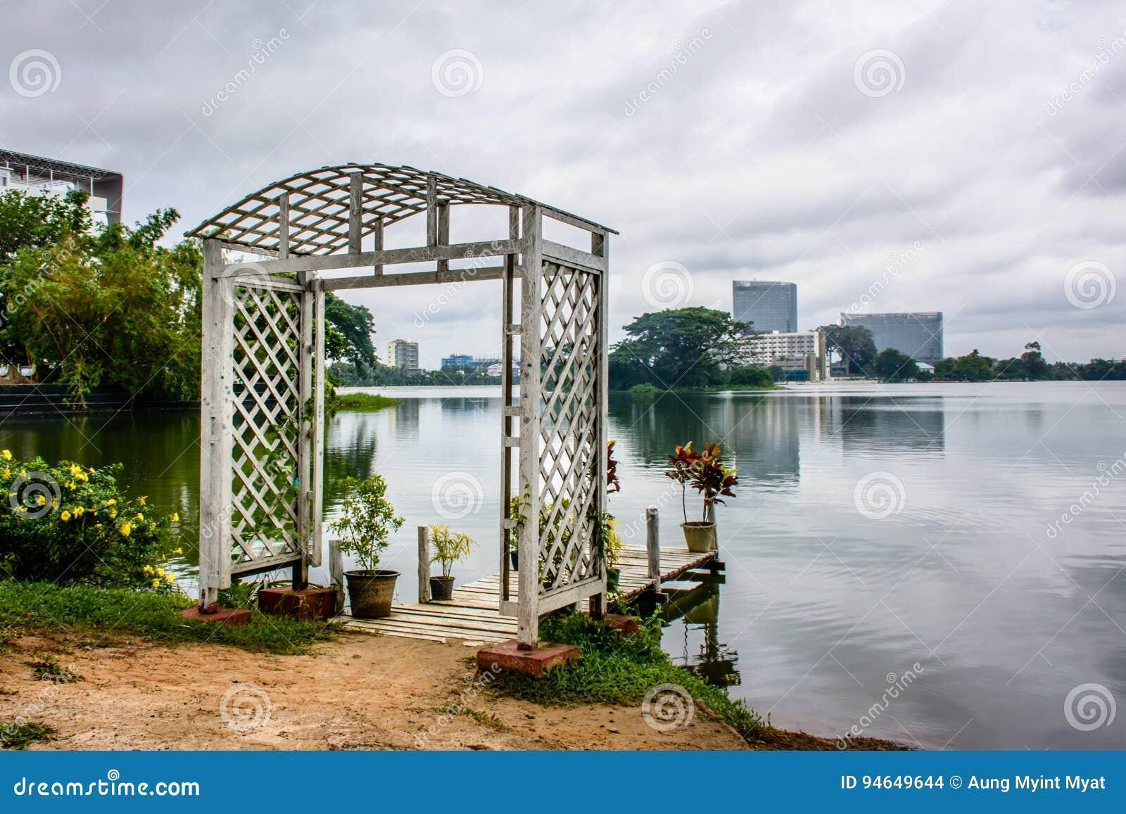 Trayectoria hermosa del lago de Inya, Rangún, Myanmar