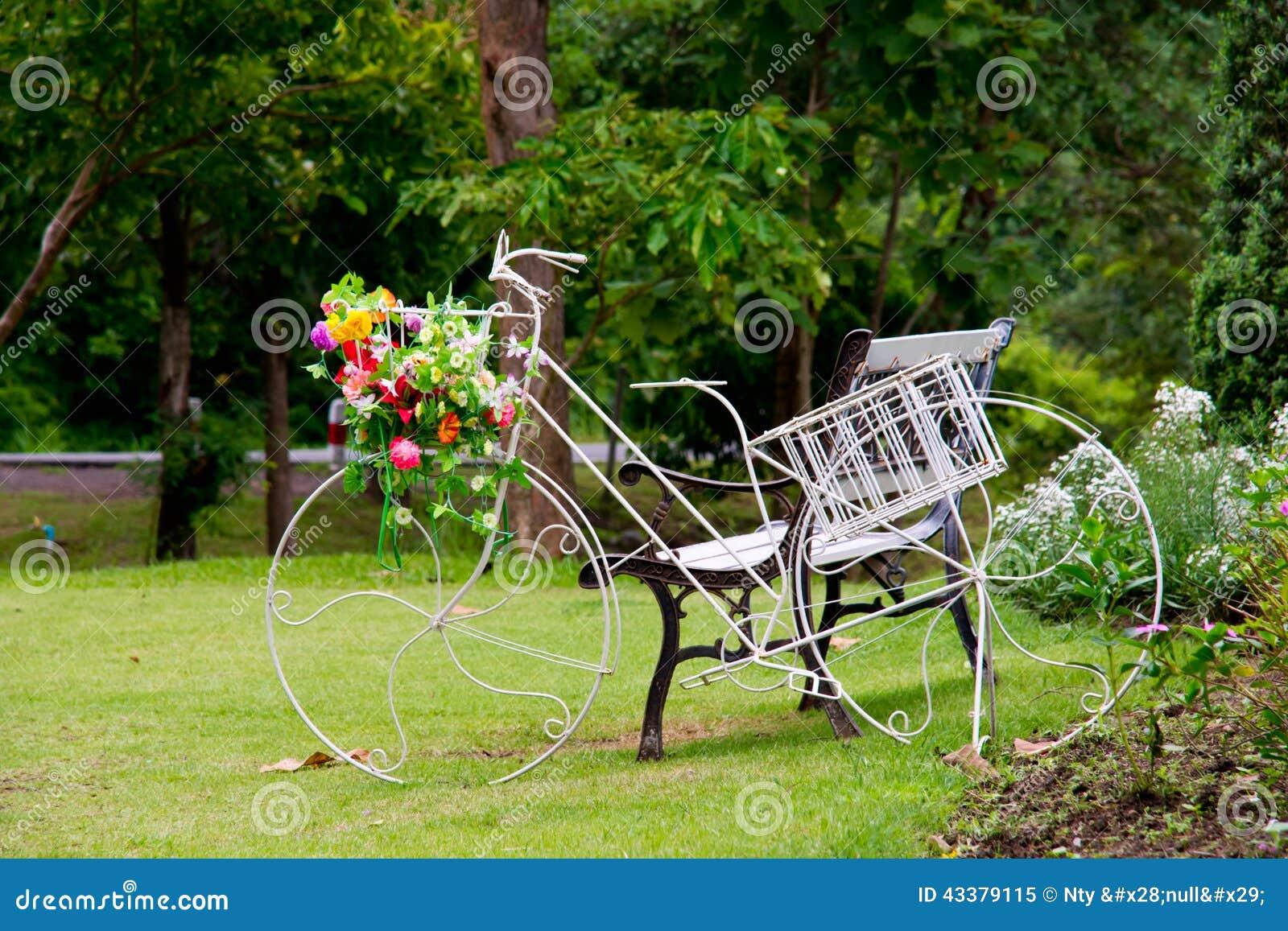 Trädgårds  dekor för cykel arkivfoto   bild: 43379115