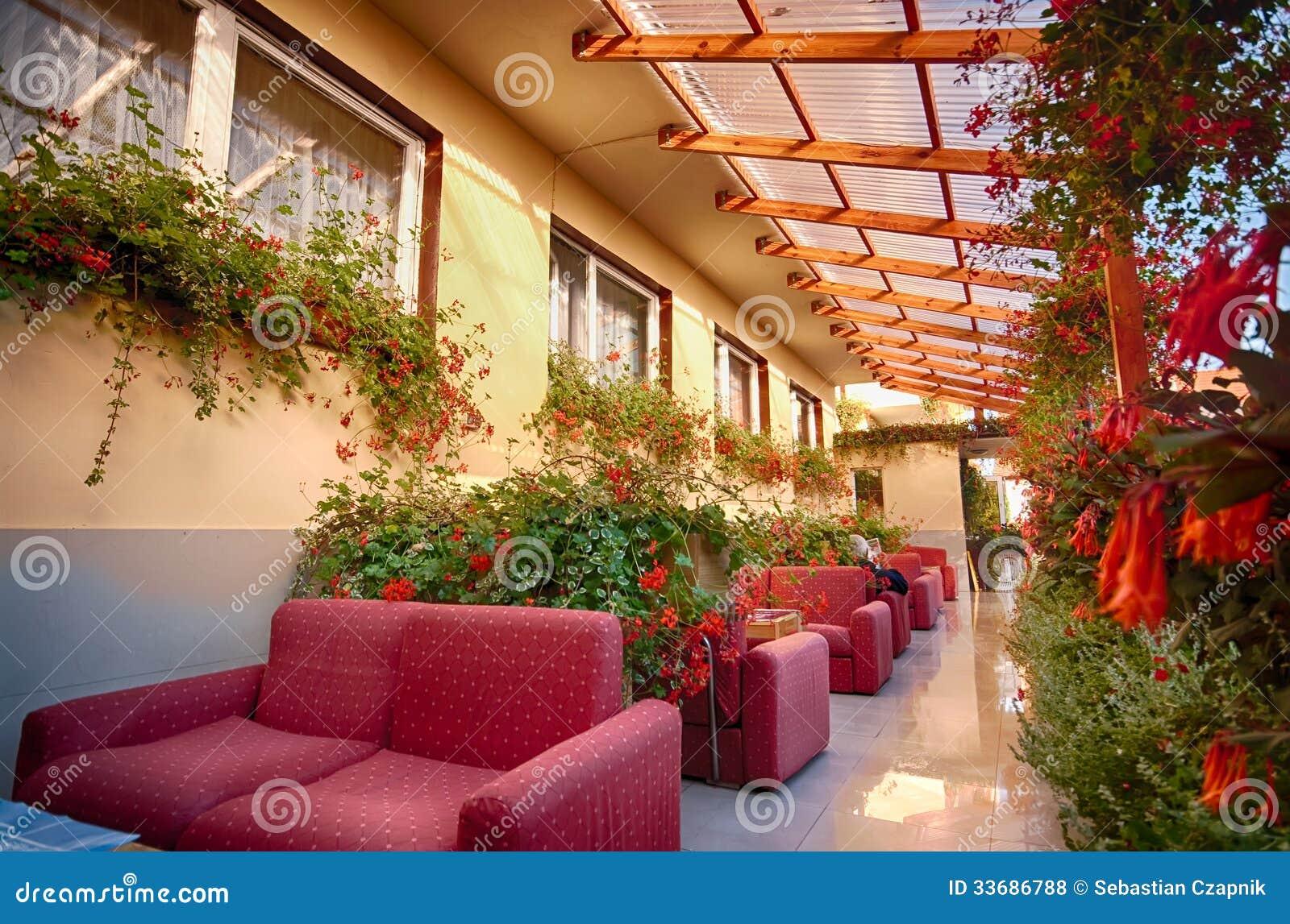 Trädgårds- Uteplats Med Soffor Och Blommor Royaltyfria Foton ...
