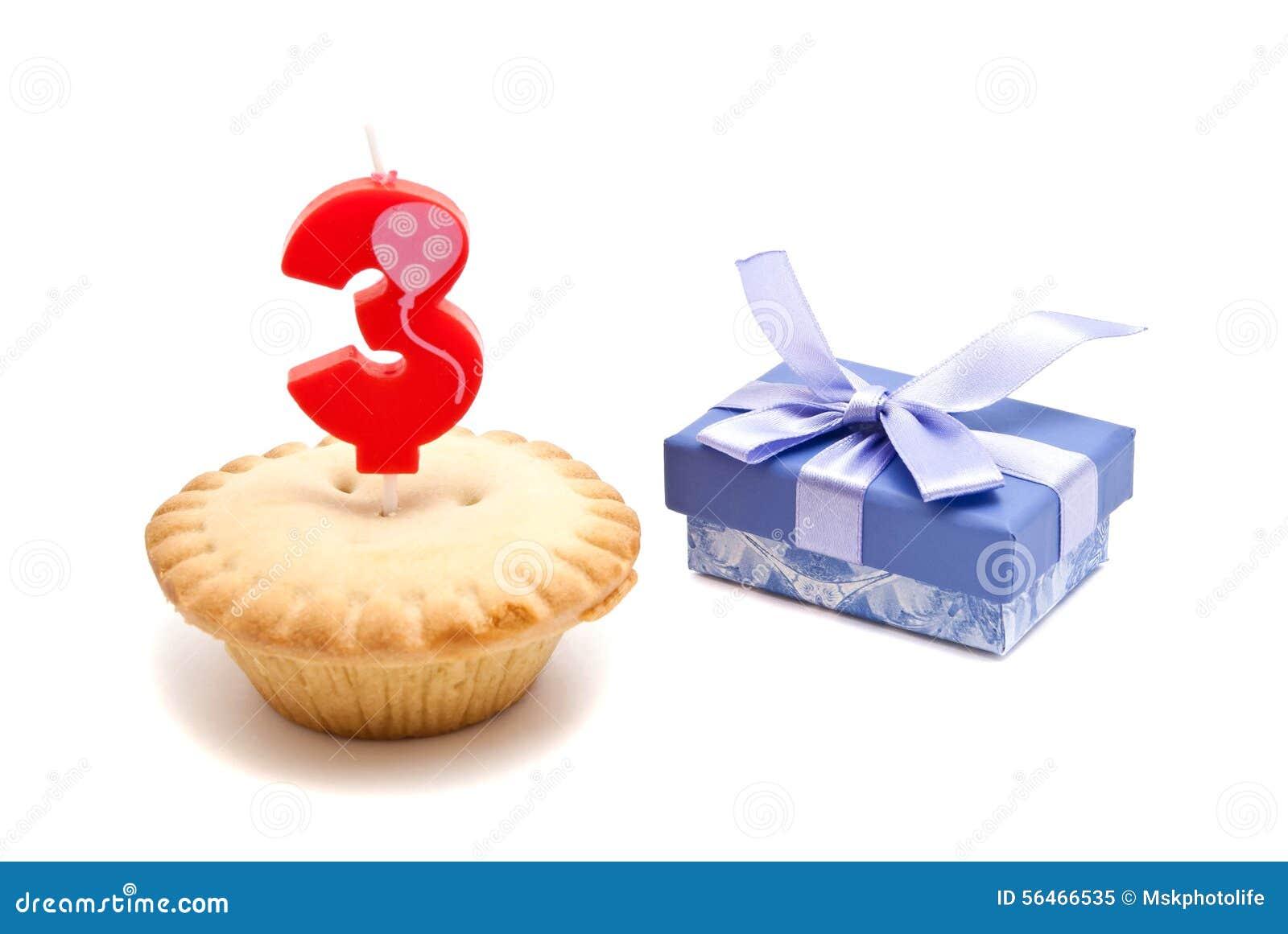 Célèbre Tre Anni Di Candela Di Compleanno Con Il Bigné Immagine Stock  FA81