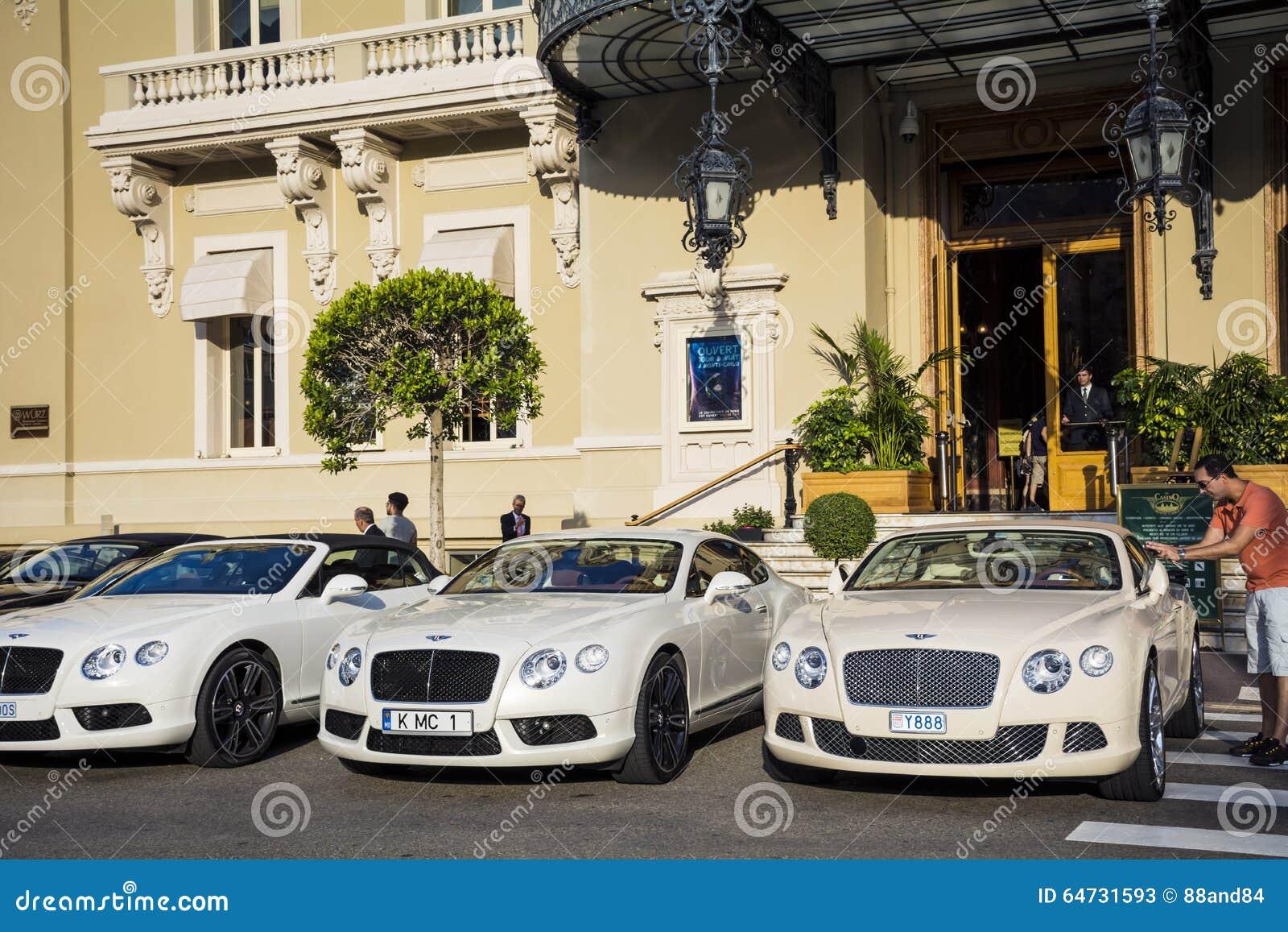 Tre automobili bianche di Bentley parcheggiate davanti a Monte Carlo Casino