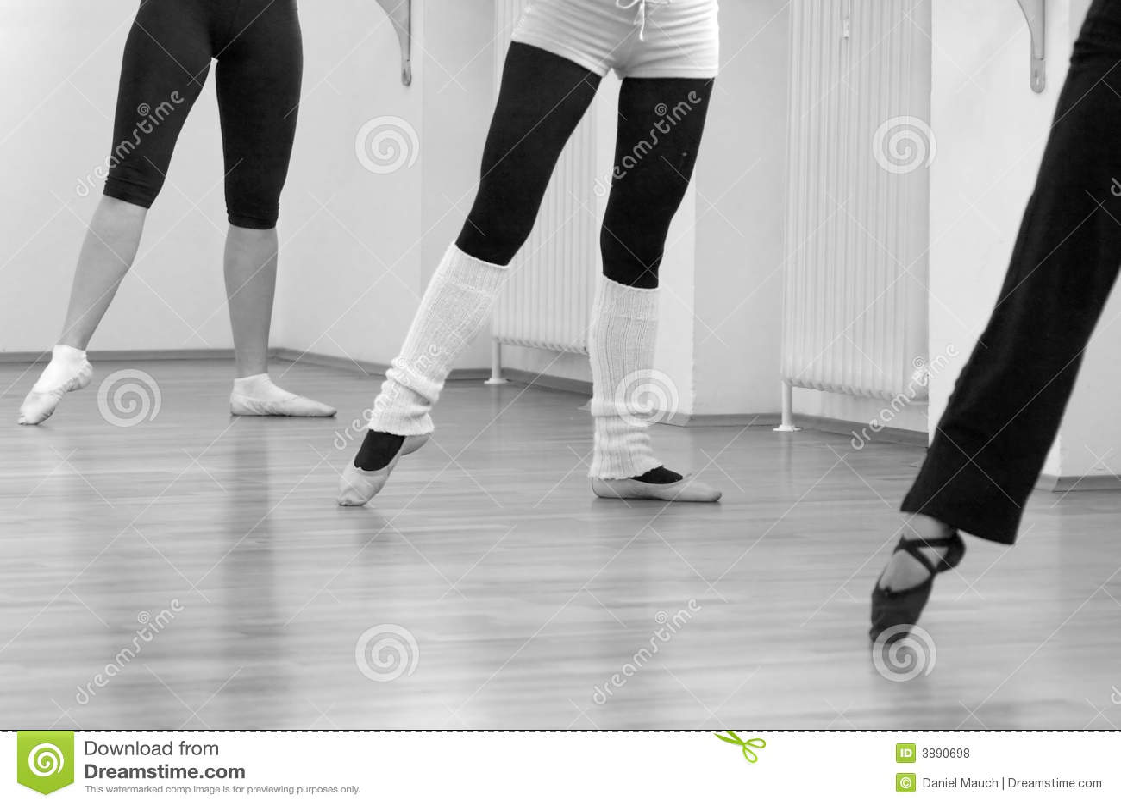 Tre ballerine che si levano in piedi ad indicare nudo