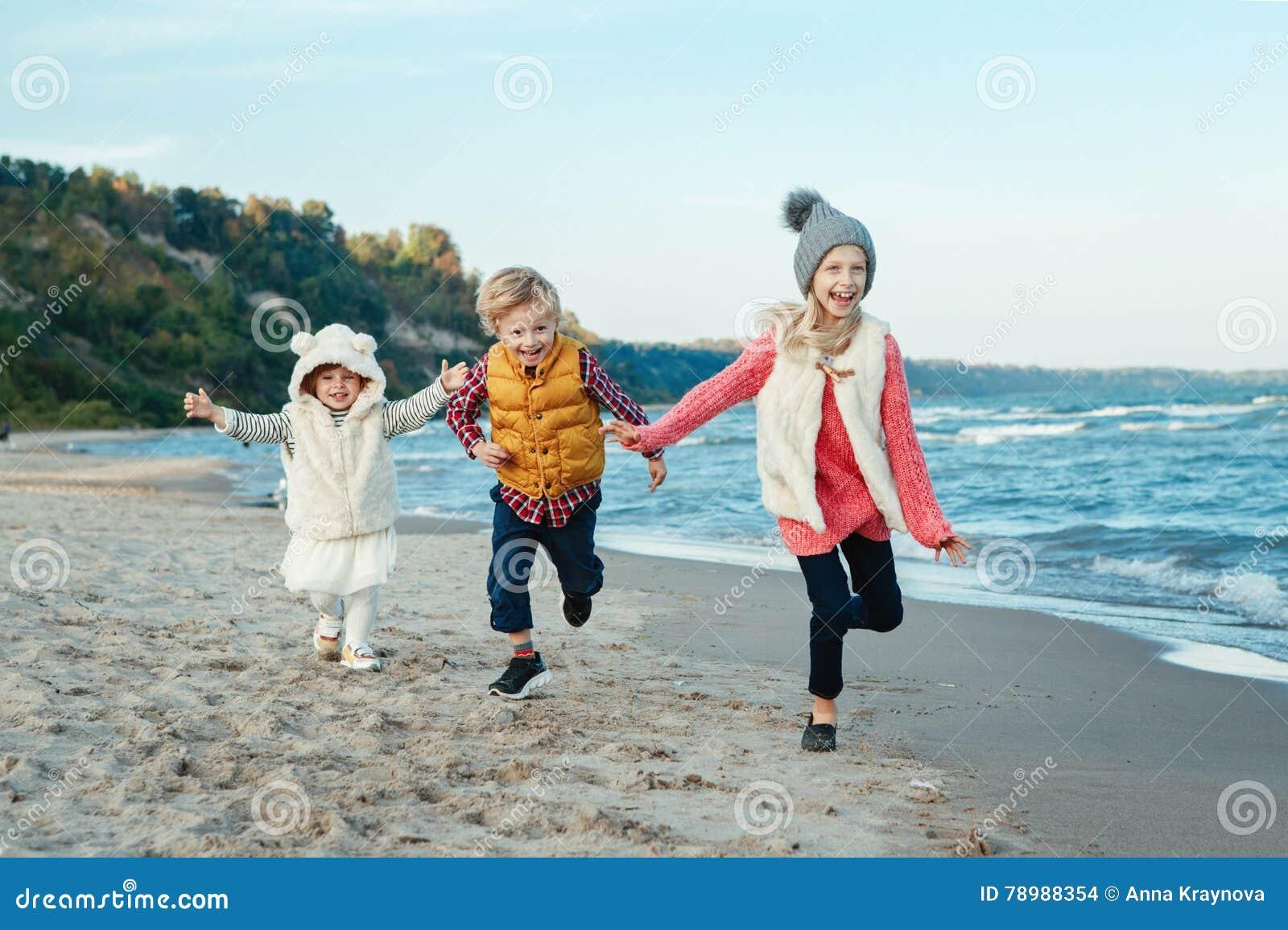Foto Divertenti Bambini Al Mare tre bambini caucasici bianchi di risata sorridenti
