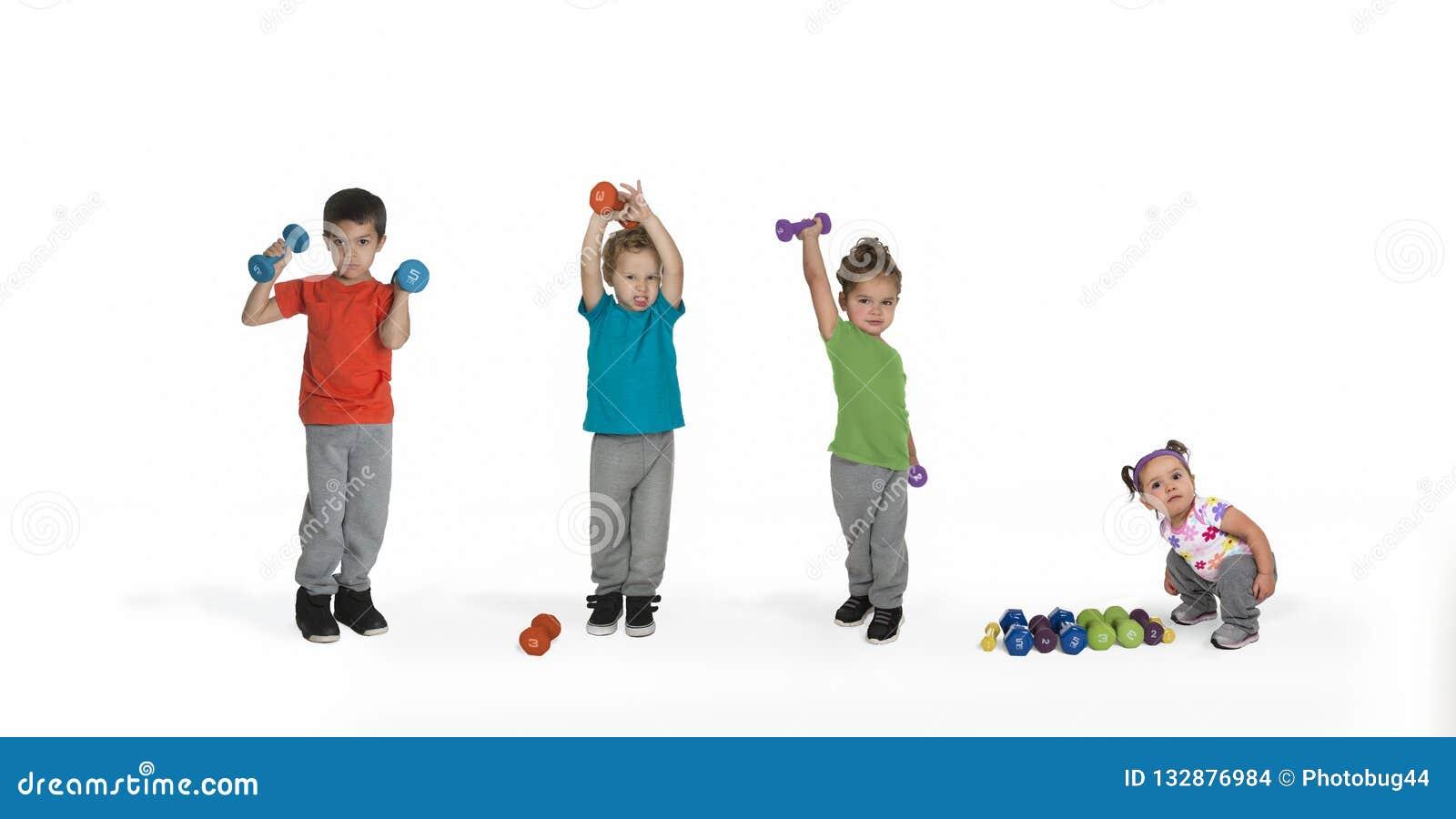 Tre bambini che sollevano i pesi, sorveglianza del bambino