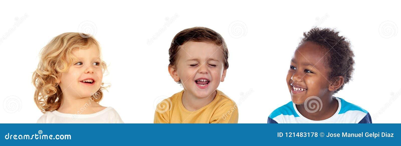 Tre bambini felici che fanno gli scherzi