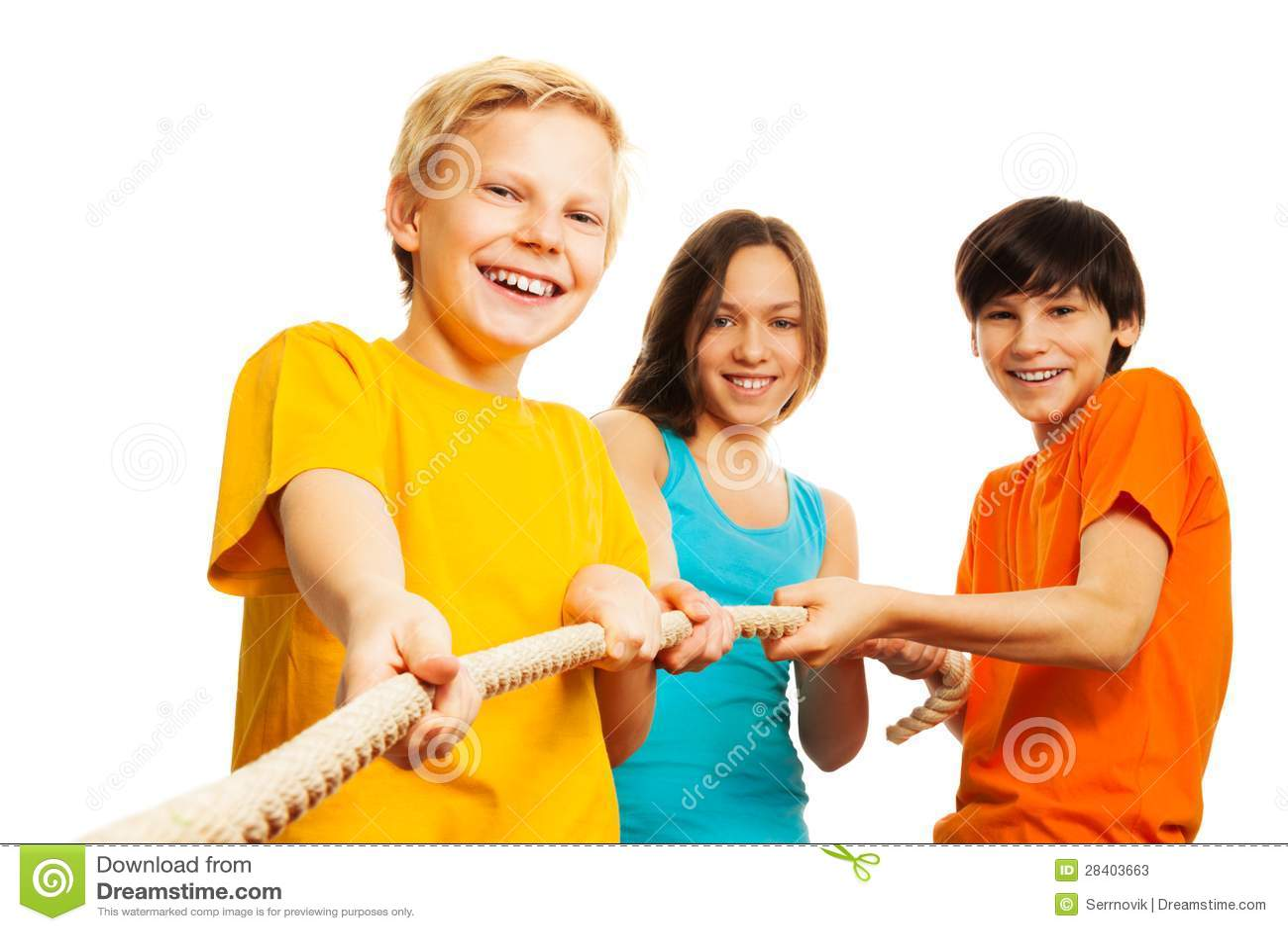 Tre bambini tirano la corda