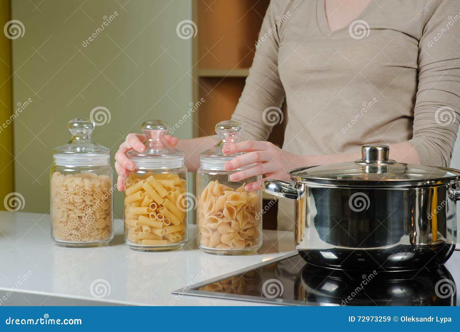Tre Barattoli Di Vetro Per Pasta Cruda Immagine Stock - Immagine di ...