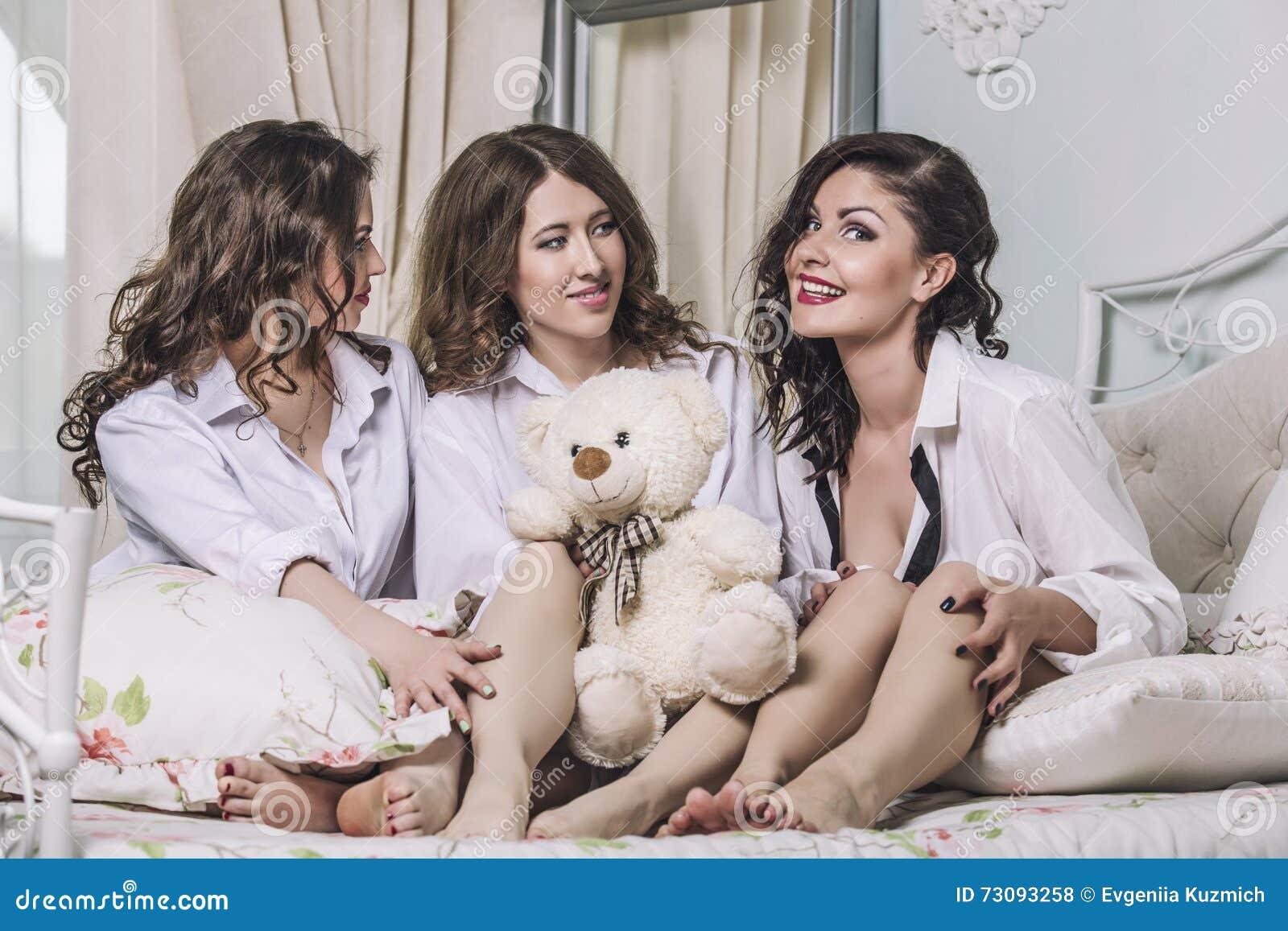 tre bei amici delle giovani donne che chiacchierano nella camera ... - Donne In Camera Da Letto