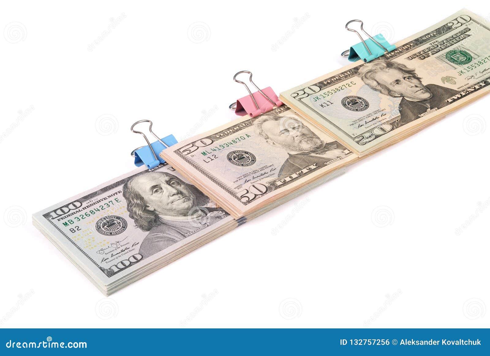 Tre buntar av pengar hundra femtio och tjugo dollar