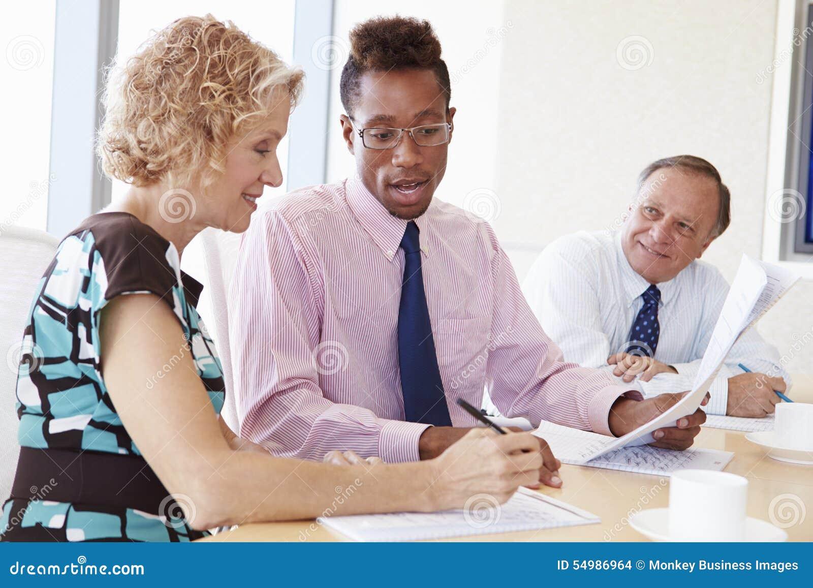 Tre Businesspeople som har möte i styrelse