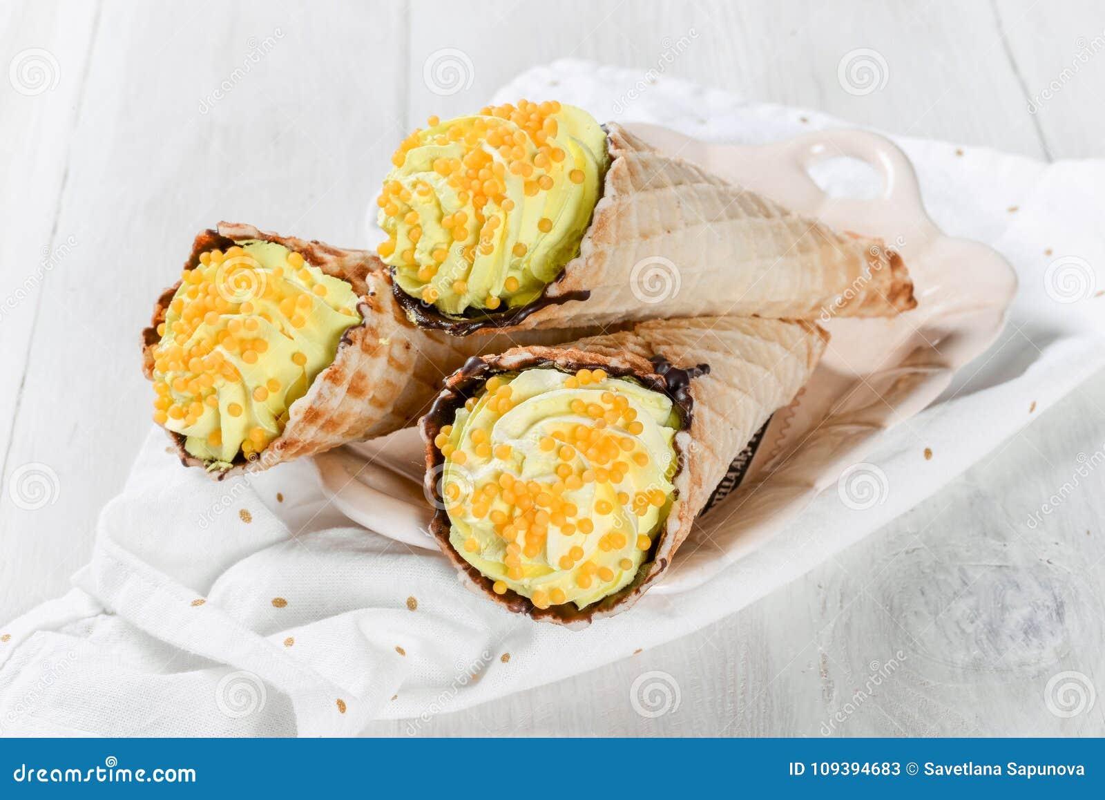 Tre corni della cialda con crema gialla