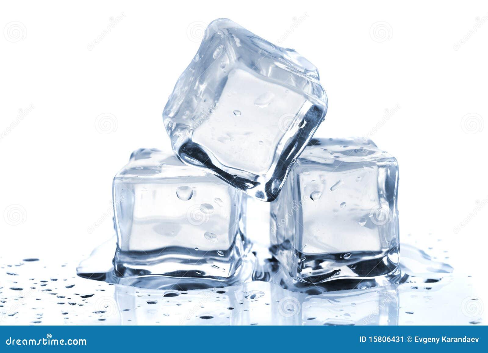 Tre cubi di ghiaccio di fusione